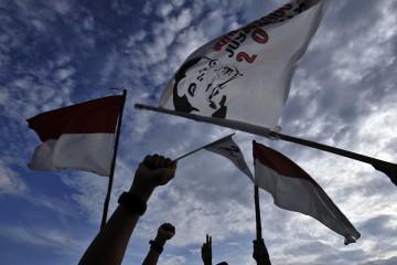 Simpatisan Capres-Cawapres Joko Widodo-Jusuf Kalla meneriakan 'yel-yel' saat mengikuti kampanye akbar di Lapangan Karebosi Makassar, Sulsel, Rabu (11/6)