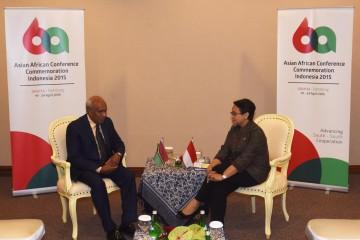Menteri Luar Negeri Retno Marsudi (kanan) menerima Menlu Vanuatu Salto Kilman disela acara Konferensi Tingkat Tinggi (KTT) Asia-Afrika di Jakarta Covention Center, Minggu (19/4)