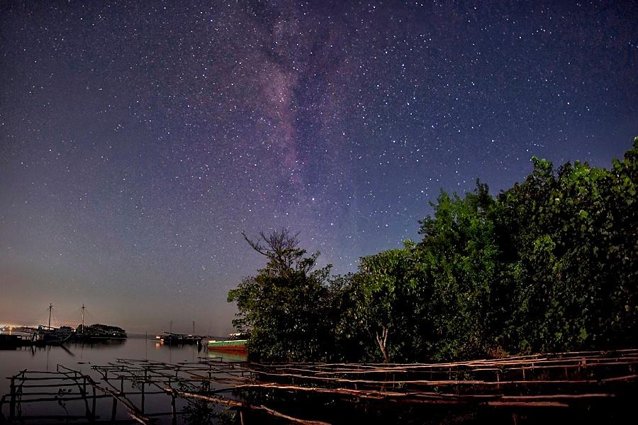 Galaksi Bimasakti di langit malam Pulau Belitung (Jeffry Surianto via blj.co.id)