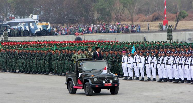 Presiden-Jokowi-Mengecek-Pasukan-Dalam-Upacara-HUT-TNI-Ke-70
