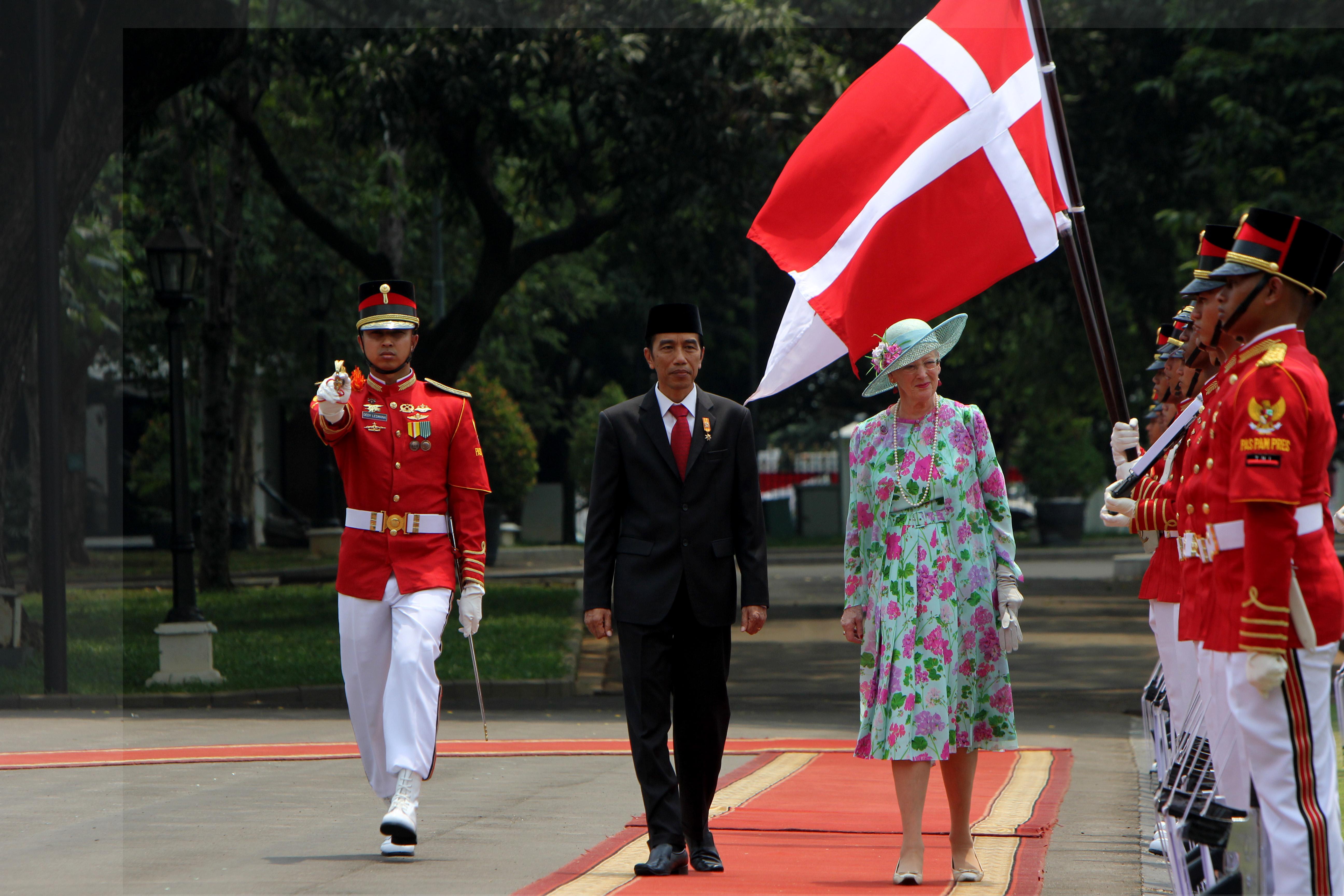 Presiden Jokowi bersama Ratu Denmark Margrethe II sedang memeriksa pasukan barisan upacara kenegaraan. FOTO : VIBIZMEDIA.COM/RULLY