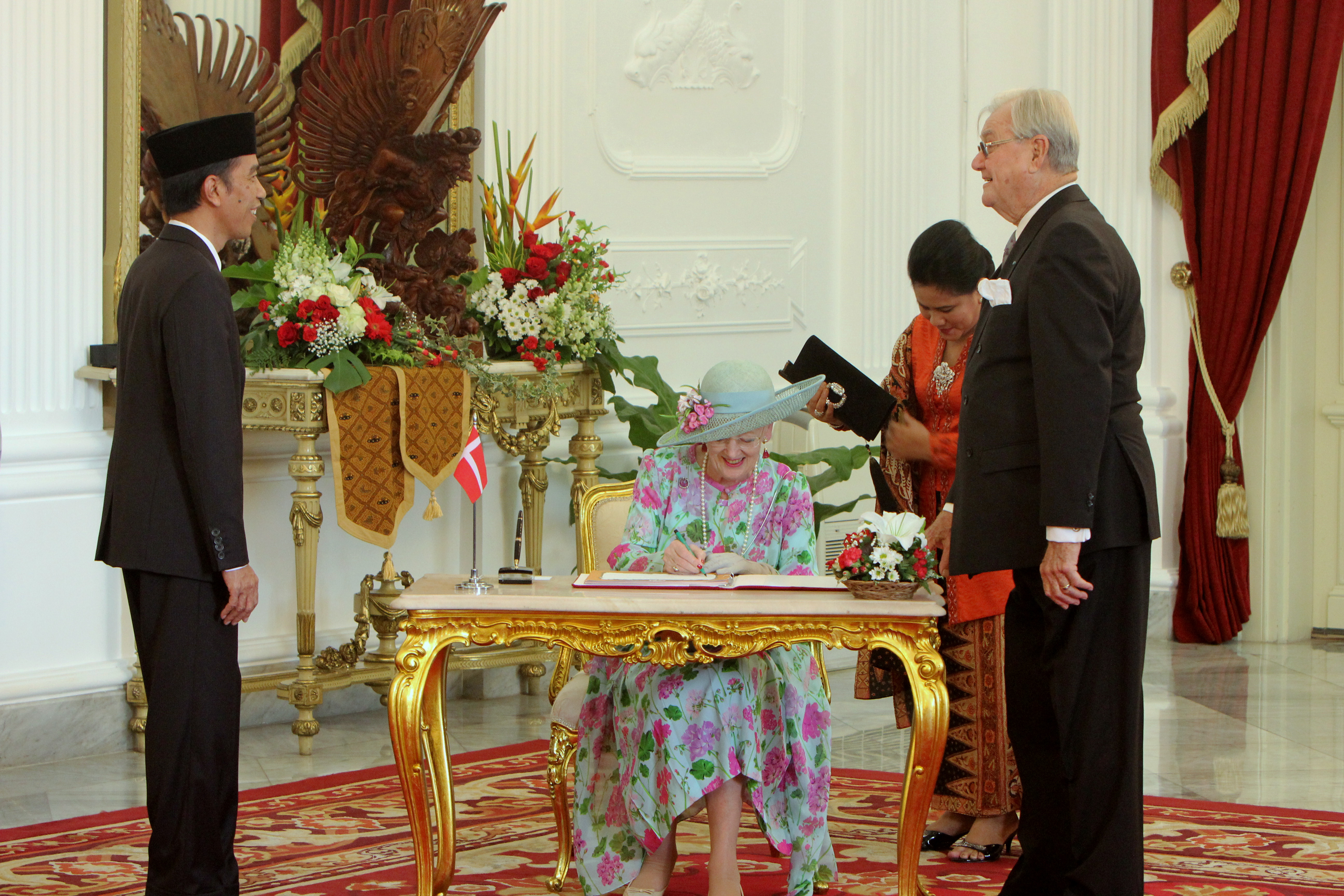 Ratu Denmark Margrethe II mengisi buku tamu kepresidenan. FOTO : VIBIZMEDIA.COM/RULLY