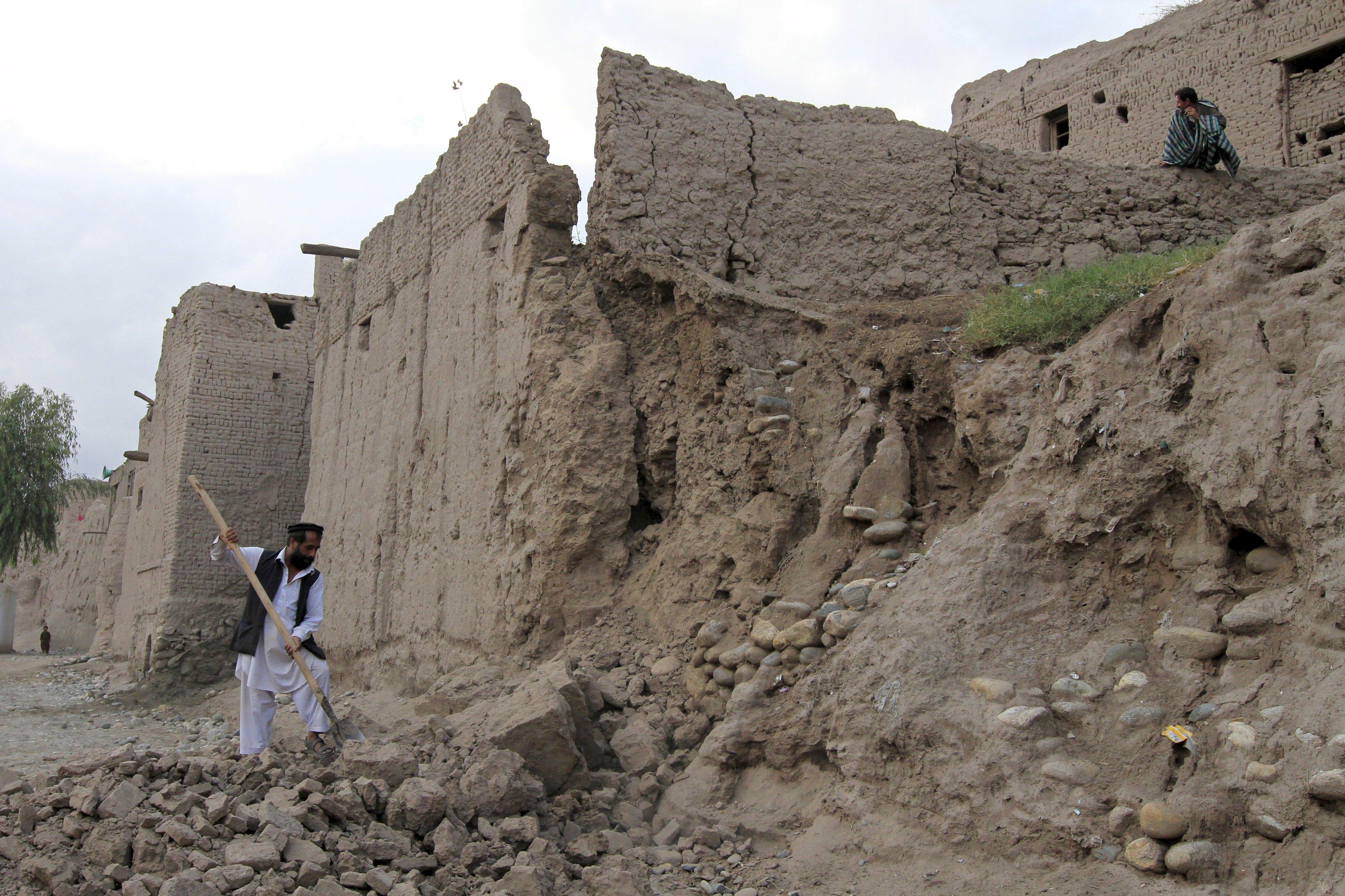 Seorang pria membersihkan reruntuhan setelah sebagian dari rumahnya hancur saat gempa, di sebuah rumah sakit di Jalalabad, Afganistan, Senin (26/10). Gempa kuat terjadi di sebuah daerah terpencil timur laut Afganistan pada hari Senin, mengguncang ibukota Kabul, dan getaran juga dirasakan di India bagian utara dan di ibukota Pakistan, dimana ratusan orang berhamburan keluar dari gedung saat tanah dibawah mereka bergerak. REUTERS/Parwiz.