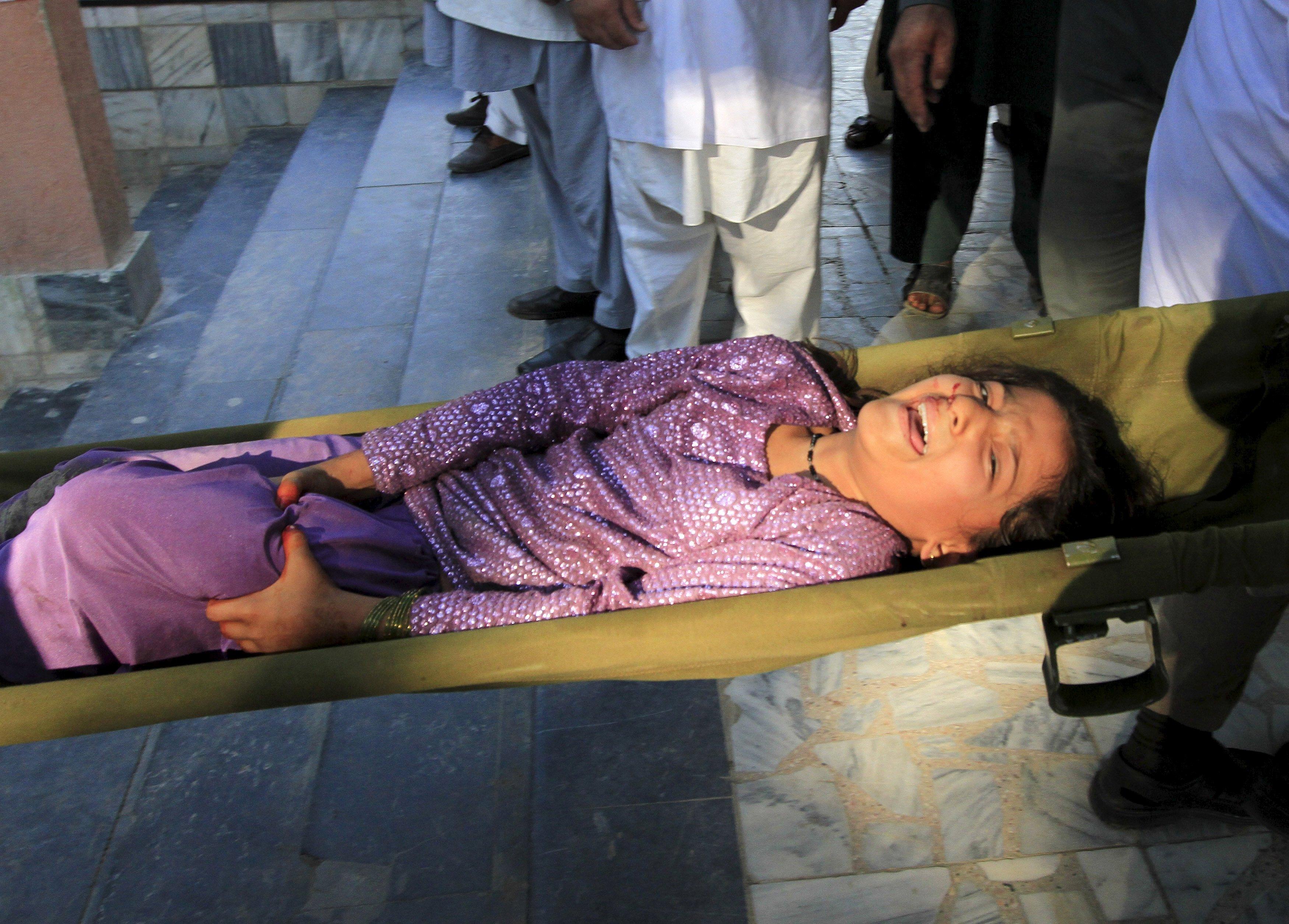Regu penyelamat membawa seorang anak perempuan yang terluka setelah gempa, di sebuah rumah sakit di Jalalabad, Afganistan, Senin (26/10). Gempa kuat terjadi di sebuah daerah terpencil timur laut Afganistan pada hari Senin (26/10), mengguncang ibukota Kabul, dan getaran juga dirasakan di India bagian utara dan di ibukota Pakistan, ratusan orang berhamburan keluar dari gedung saat tanah di bawah mereka bergerak. REUTERS/ Parwiz.