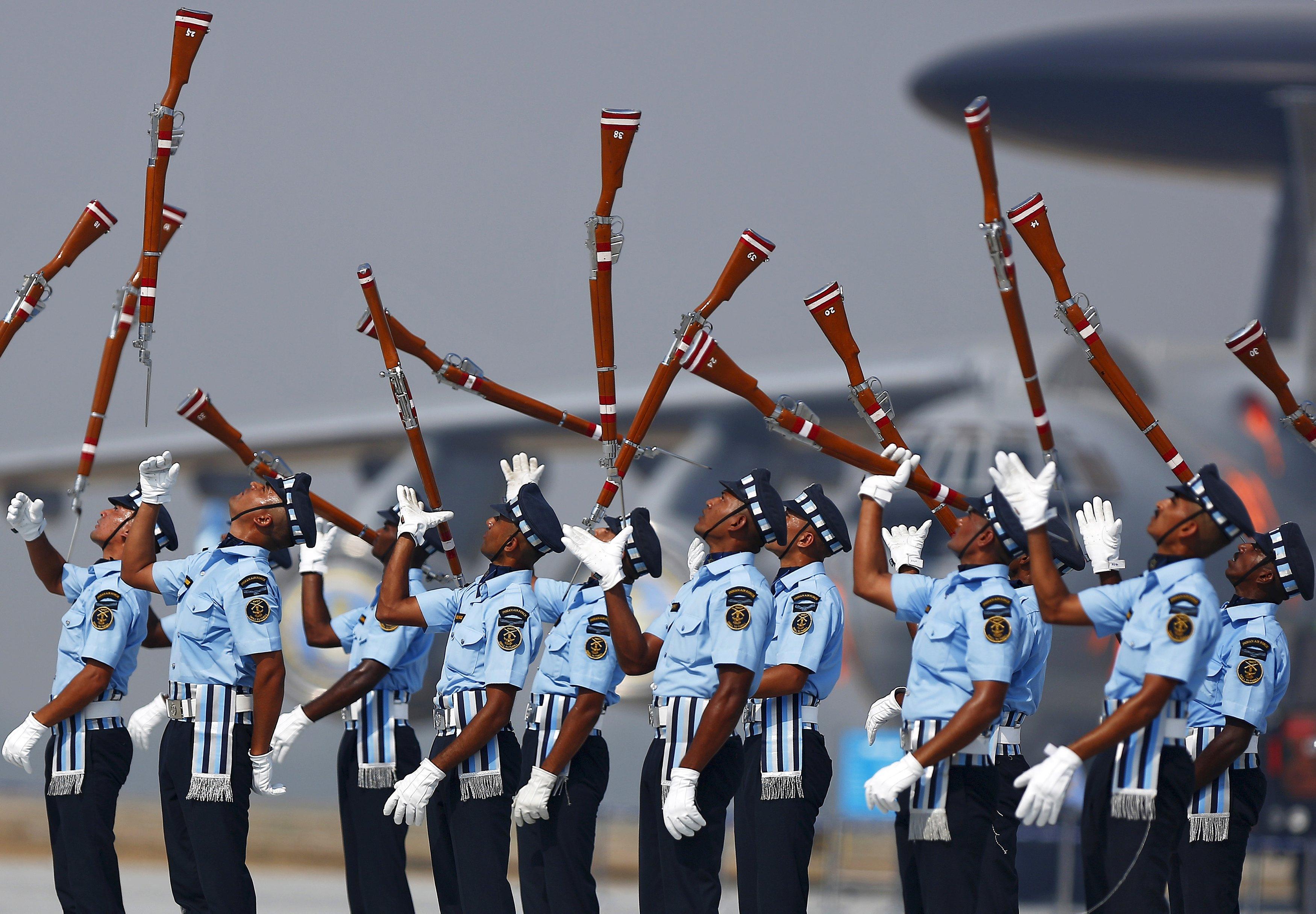Prajurit Angkatan Udara India melemparkan senjata mereka saat melakukan gladi bersih untuk Hari Angkatan Udara di pangkalan udara Hindon di pinggiran New Delhi, Selasa (6/10). Angkatan Udara India akan memperingati hari jadi ke 83 pada 8 Oktober. ANTARA FOTO/REUTERS/Anindito Mukherjee.