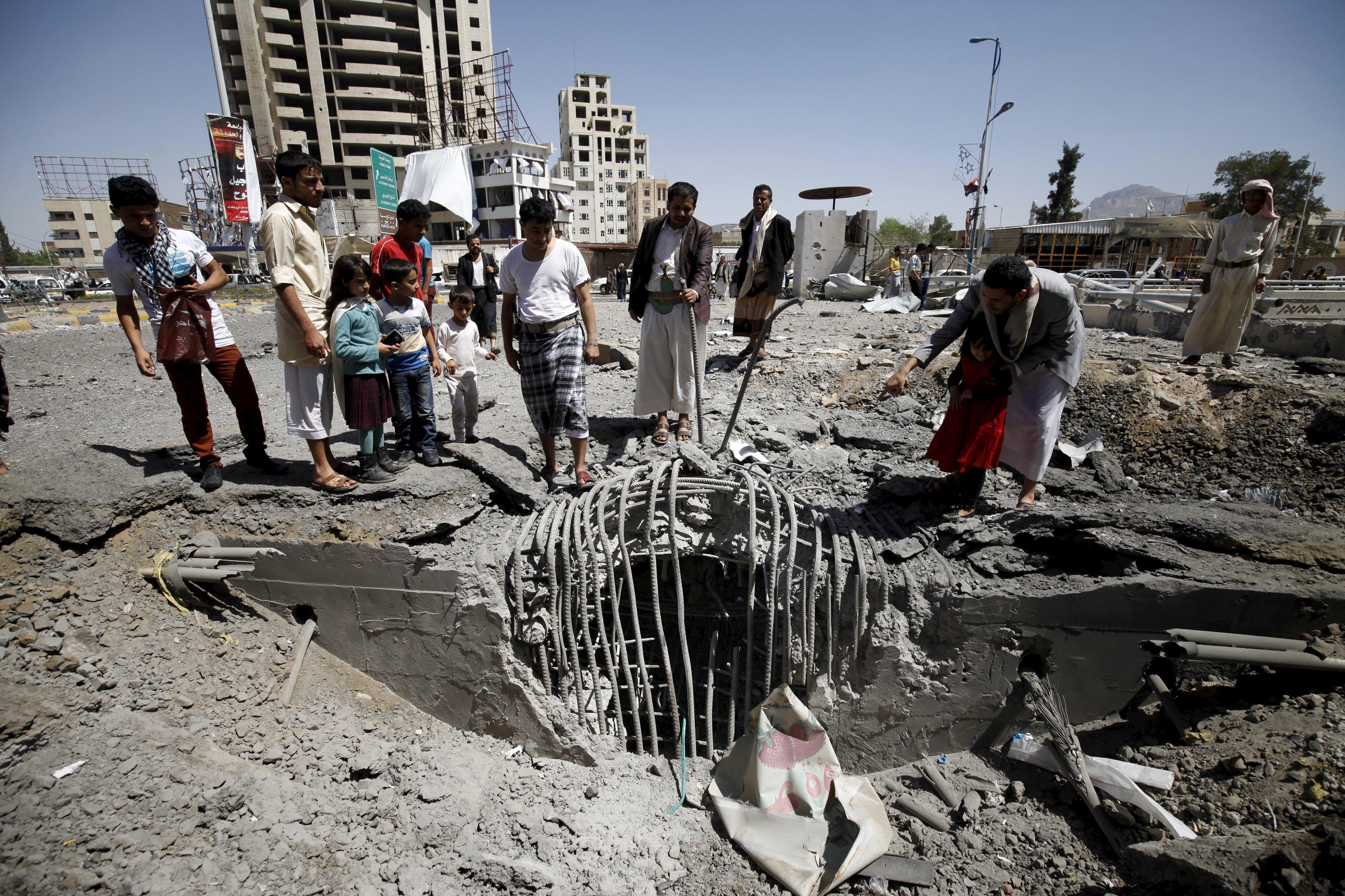 Warga berkumpul di lokasi serangan udara pimpinan Saudi yang menargetkan terowongan mengarah ke kediaman presiden dekat Pom Bensin di ibukota Sanaa, Yaman, Kamis (1/10). Lebih dari 4.500 warga Yaman tewas sejak negara sekutu Saudi memulai operasi militer bulan Maret lalu, yang menurut mereka upaya menghentikan kelompok Houthi dukungan-Iran dari memperluas wilayah mereka di Yaman dan mengembalikan pemerintahan kepada Presiden Abd-Rabbu Mansour Hadi, yang terpaksa mengasingkan diri ke Arab Saudi. ANTARA FOTO/REUTERS/Mohamed al-Sayaghi.