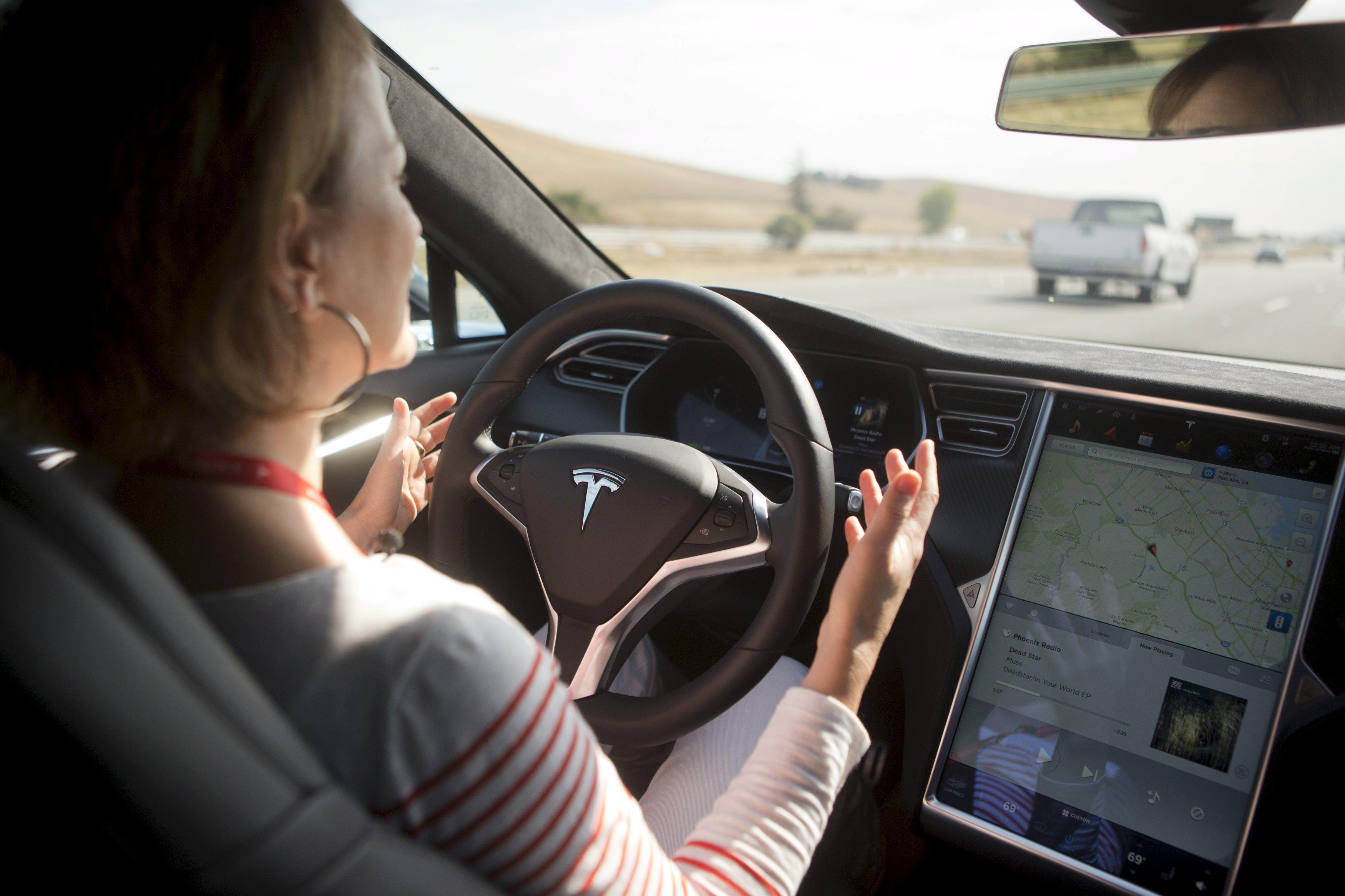 Fitur pilot otomatis sedang didemonstrasikan di Tesla Model S saat acara Tesla di Palo Alto, Califronia, Rabu (14/10). ANTARA FOTO/REUTERS/Beck Diefenbach.