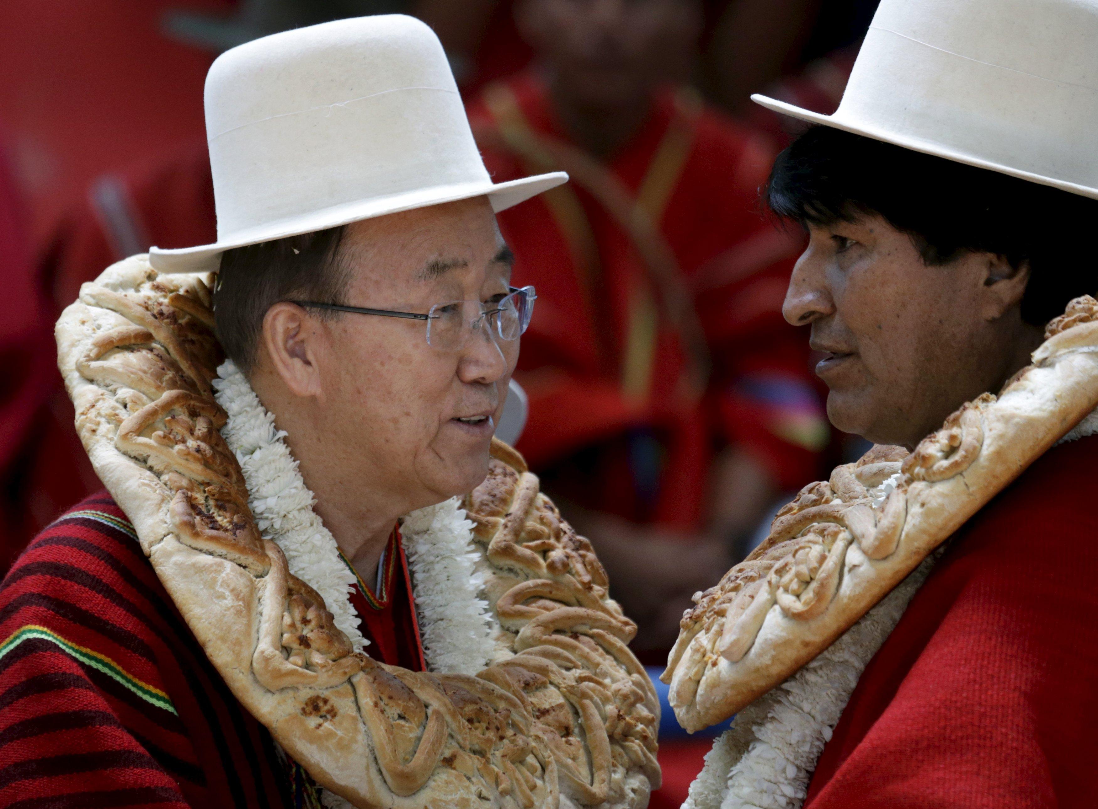 """Sekretaris Jenderal PBB Ban Ki-moon (kiri) berbincang dengan Presiden Bolivia Evo Morales dalam peresmian arena olahraga """"Coliseo Ban Ki-moon"""" di Vila Vila, selatan Cochabamba, Minggu (11/10). Ban Ki-moon berada di Bolivia untuk menghadiri Konferensi Rakyat untuk Perubahan Iklim dan Pertahanan Hidup, diadakan sebelum Konferensi Perubahan Iklim Dunia di Paris. ANTARA FOTO/REUTERS/David Mercado."""
