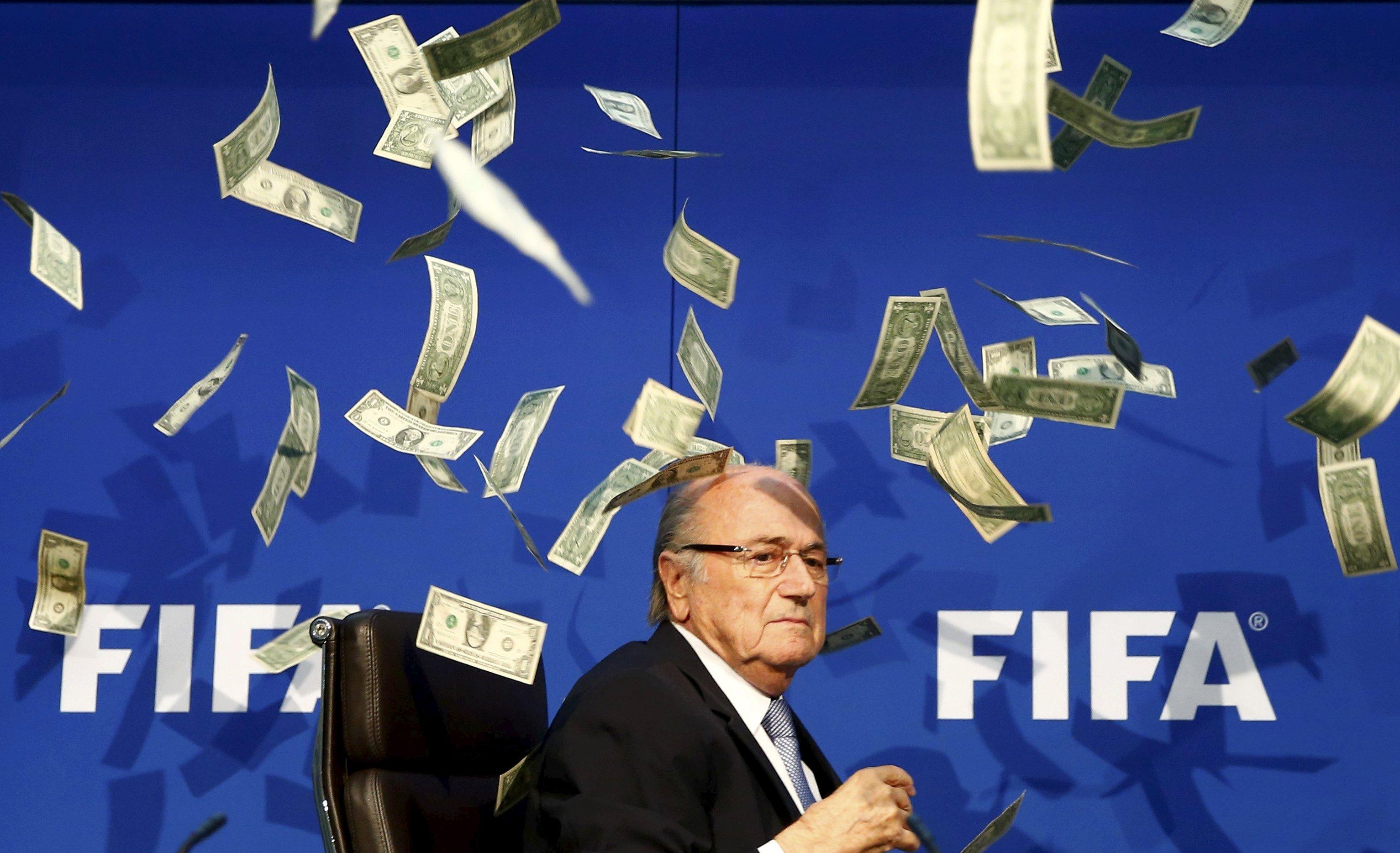 Komedian Inggris Lee Nelson (tak terlihat) melemparkan uang kertas ke Presiden FIFA Sepp Blatter saat tiba untuk konferensi pers setelah Sidang Luar Biasa Dewan Eksekutif FIFA di Zurich, Swiss, dalam arsip foto 20 Juli 2015. Blatter menghadapi skors 90 hari dari sepakbola jika lembaga pengatur etika mempertimbangkan kembali rekomendasi jaksa penuntut, menurut keterangan mantan penasehat dan kawan karib Blatter kepada Reuters, Rabu (7/10). Teman karib lama Blatter Klaus Stoehlker mengatakan keputusan Hakim Hans-Joachim Eckert diberikaan Jumat (9/10). Reuters tidak dapat mengkonfirmasi informasi dari Dewan Etik FIFA atau FIFA. ANTARA FOTO/REUTERS/Arnd Wiegmann/Files.