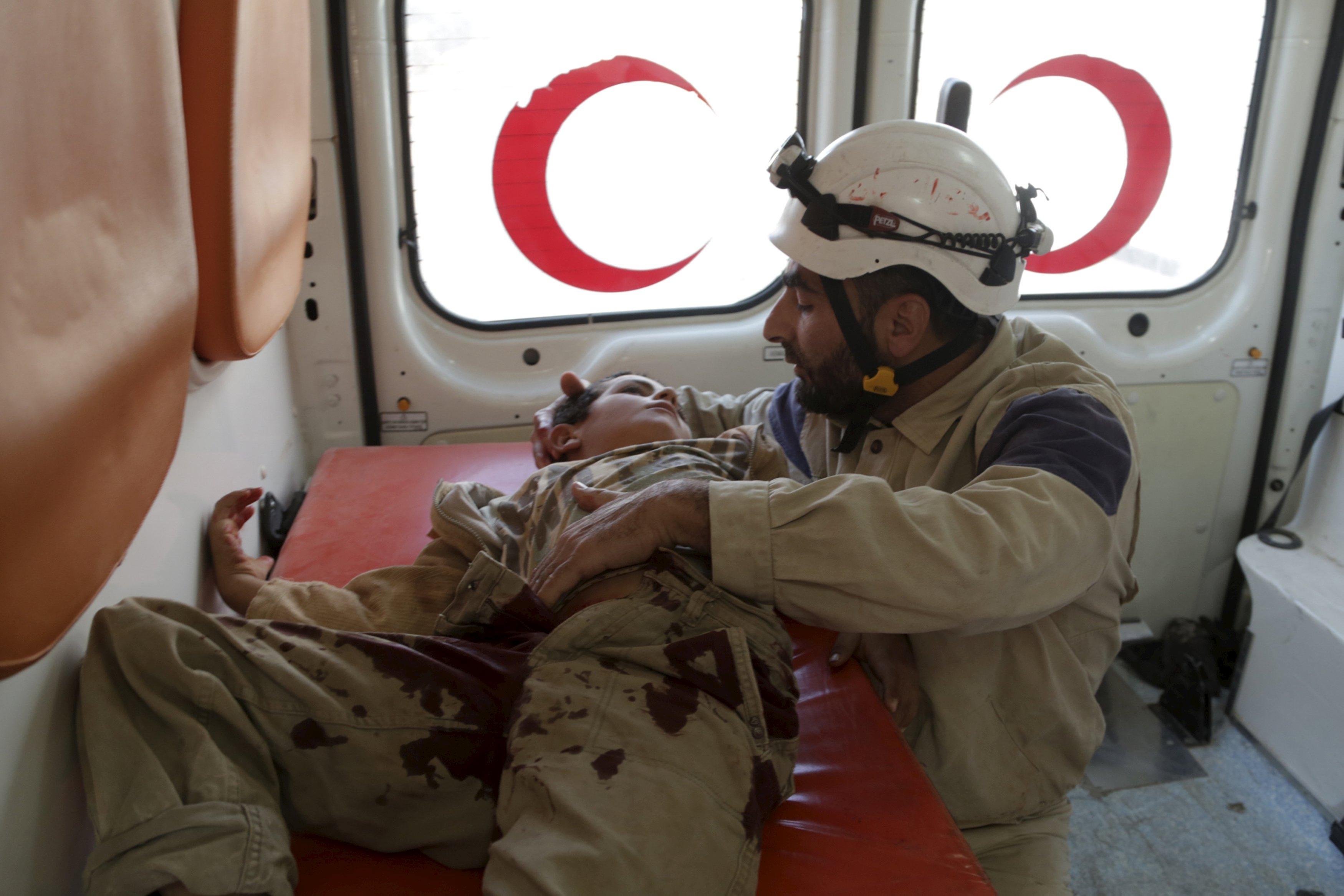 Anggota pertahanan sipil merawat bocah lelaki yang terluka di dalam sebuah ambulans setelah Rusia menjatuhkan gugus bom, menurut aktivis di Maaret al-Naaman, provinsi Idlib, Suriah, Rabu (7/10). ANTARA FOTO/REUTERS/Khalil Ashawi.