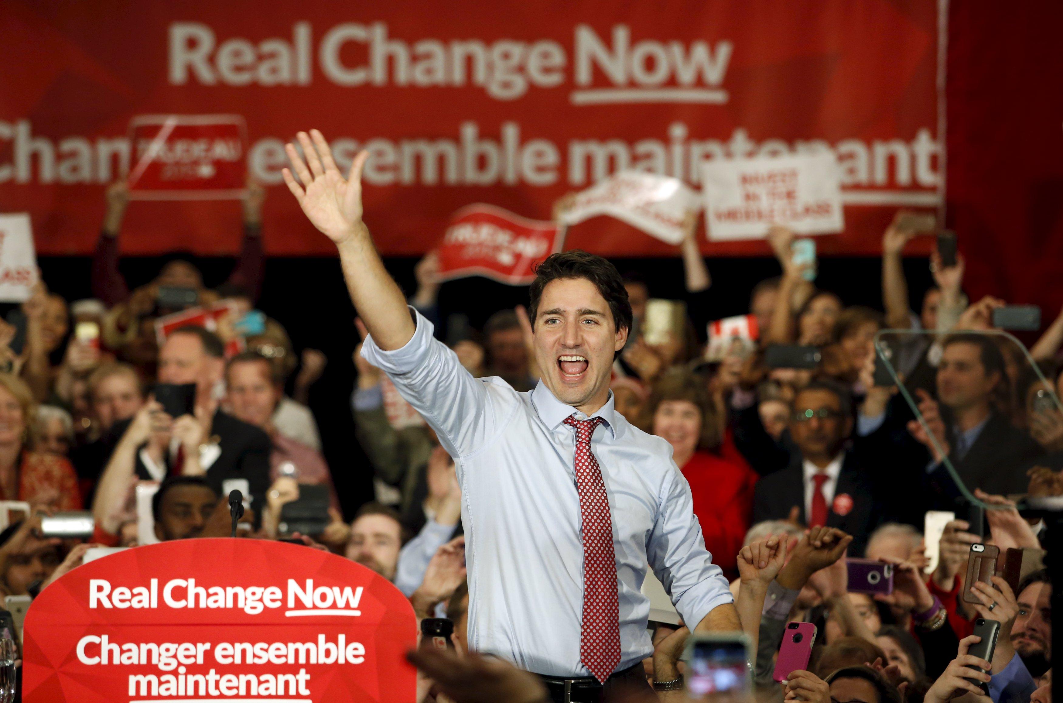 Pemimpin liberal dan Perdana Menteri terpilih Justin Trudeau melambaikan tangan ke pendukungnya saat reli di Ottawa, Selasa (20/10). Trudeau, setelah mengalahkan rival Konservatif, akan menghadapi tekanan langsung untuk mewujudkan janji kampanye, dari mengatasi perubahan iklim sampai melegalisasi ganja. ANTARA FOTO/REUTERS/Patrick Doyle.