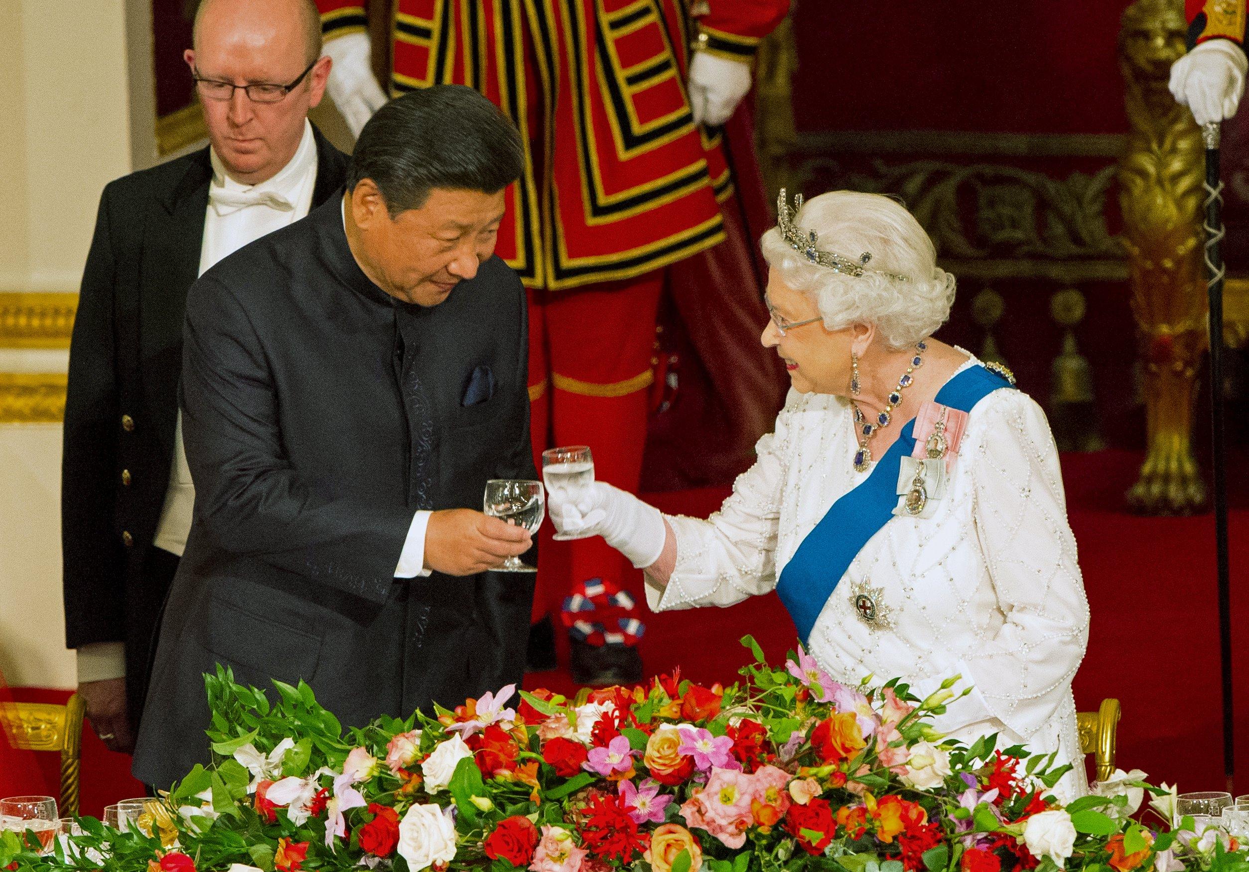 Presiden Tiongkok Xi Jinping dengan Ratu Elizabeth di acara makan malam kenegaraan di Istana Buckingham, London, pada hari pertama kunjungan kenegaraan Presiden Tiongkok ke Inggris, Selasa (20/10). ANTARA FOTO/REUTERS/Dominic Lipinski.