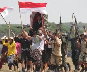 Seniman memainkan drama kolosal berjudul Sudirman Panglimaku dalam Peringatan HUT TNI Ke-70 di lapangan Rampal, Malang, Jawa Timur, Senin (5/10). Drama tersebut melibatkan ratusan pemain yang terdiri dari seniman dan anggota TNI dari Kodim 0833 Baladhika Jaya. ANTARA FOTO/Ari Bowo Sucipto.