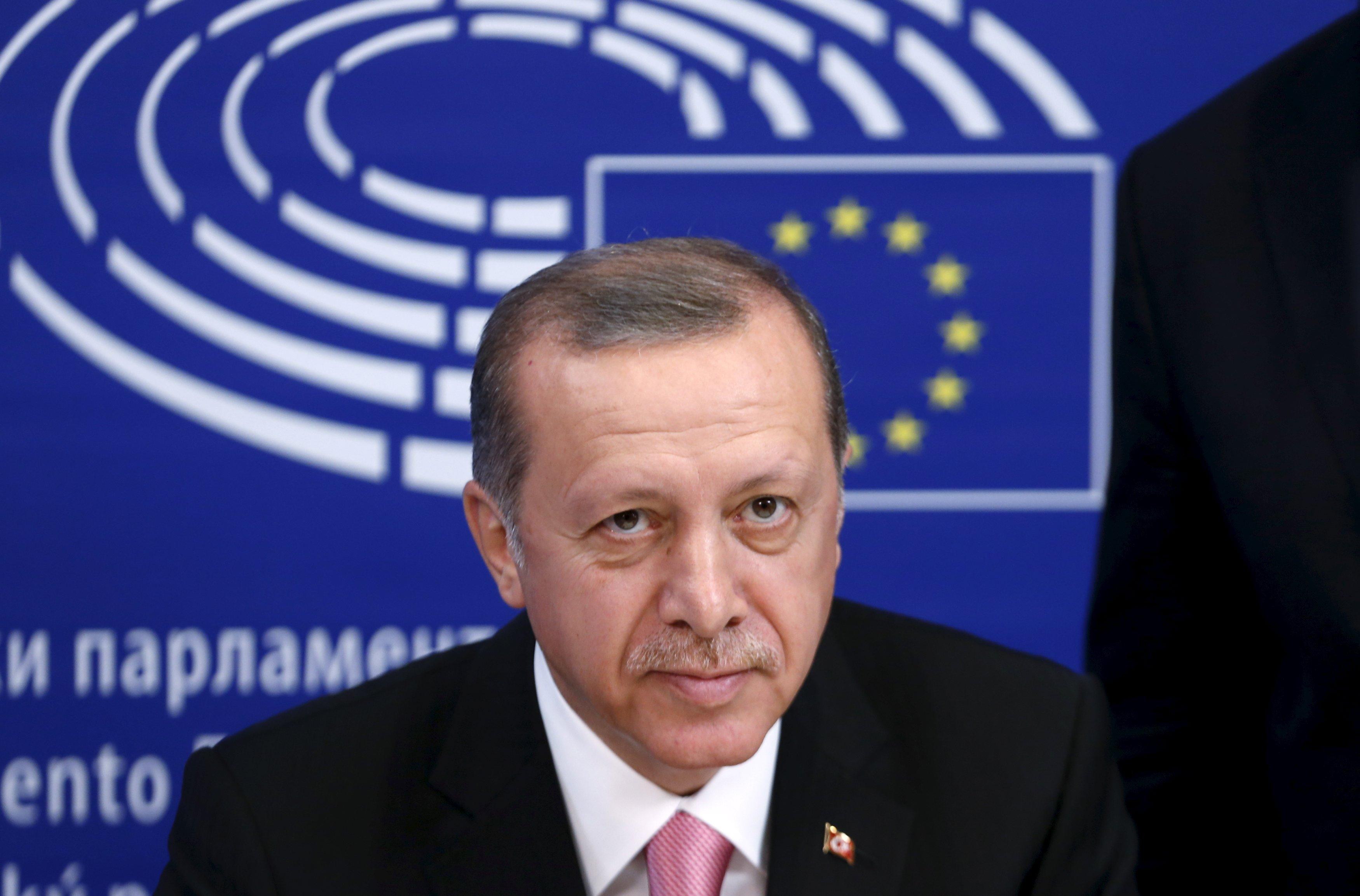 Presiden Turki Tayyip Erdogan (kiri) melihat ke depan saat ia bersama Presiden Parlemen Eropa Martin Schulz (tak terlihat) menjelang sidang di Parlemen Uni Eropa di Brussels, Belgia, Senin (5/10). Erdogan sepertinya mengejek tawaran Uni Eropa untuk membantu krisis migrasi mereka saat tiba dalam kunjungan kenegaraan yang ditunggu-tunggu ke Brussels dan serangkaian pertemuan dengan pemimpin Uni Eropa yang dimulai kemarin. ANTARA FOTO/REUTERS/Francois Lenoir.