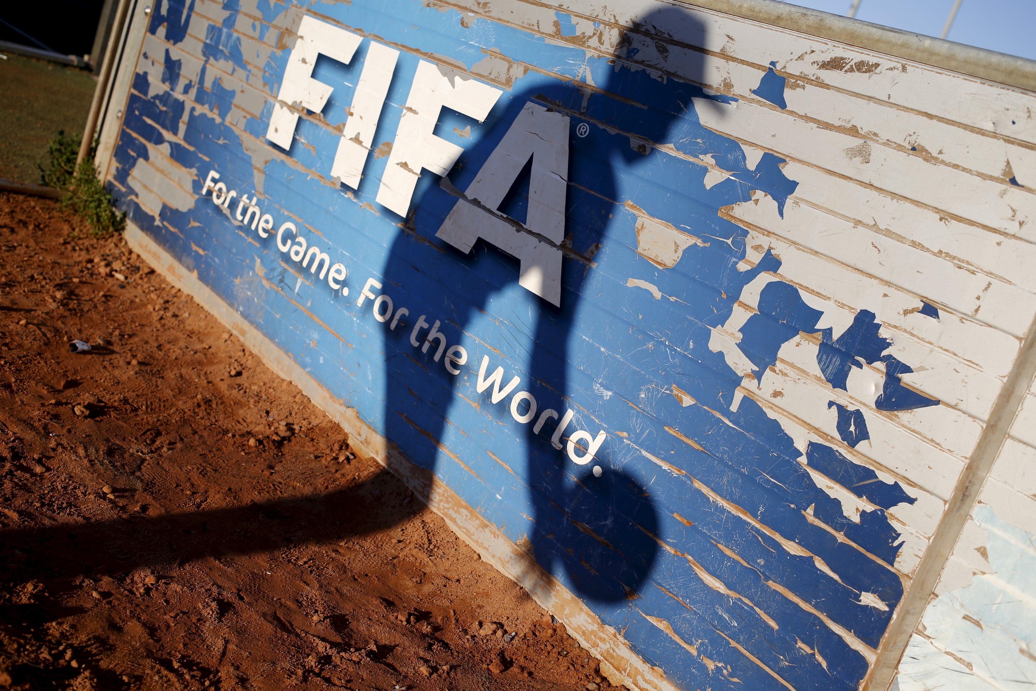 Seorang anak mengambil bola di samping lapangan buatan di Football Centre (pusat sepakbola) for Hope di Kota Khayelitsha Cape Town, 29 Juni 2015. Pusat tersebut adalah salah satu dari beberapa yang dibangun oleh FIFA di Afrika Selatan menjelang Piala Dunia Sepakbola 2010, bertujuan untuk mengembangkan olahraga dan memecahkan masalah kepemudaan di kota miskin tersebut. Meski ada yang mengkritisi aliran uang tunai FIFA ke Afrika dan negara berkembang lainnya sebagai alat yang digunakan Sepp Blatter membangun basis kekuatan elektoral, banyak negara yang bergantung pada uang tunai dari Zurich untuk membantu mendanai fasilitas sepakbola nasional saat kosongnya bantuan dari sponsor atau pemerintah. Dan sebagai badan sepakbola dunia yang terkena krisis terburuk dalam sejarah 111 tahun, lebih fokus untuk membersihkan lembaganya terlebih dahulu, mereka yang berada di bidang olahraga khawatir penekanan reformasi internal dapat merusak komitmen FIFA terhadap program pengembangan internasional. Hal yang menurut mereka, tidak boleh terjadi. ANTARA FOTO/REUTERS/Mike Hutchings.