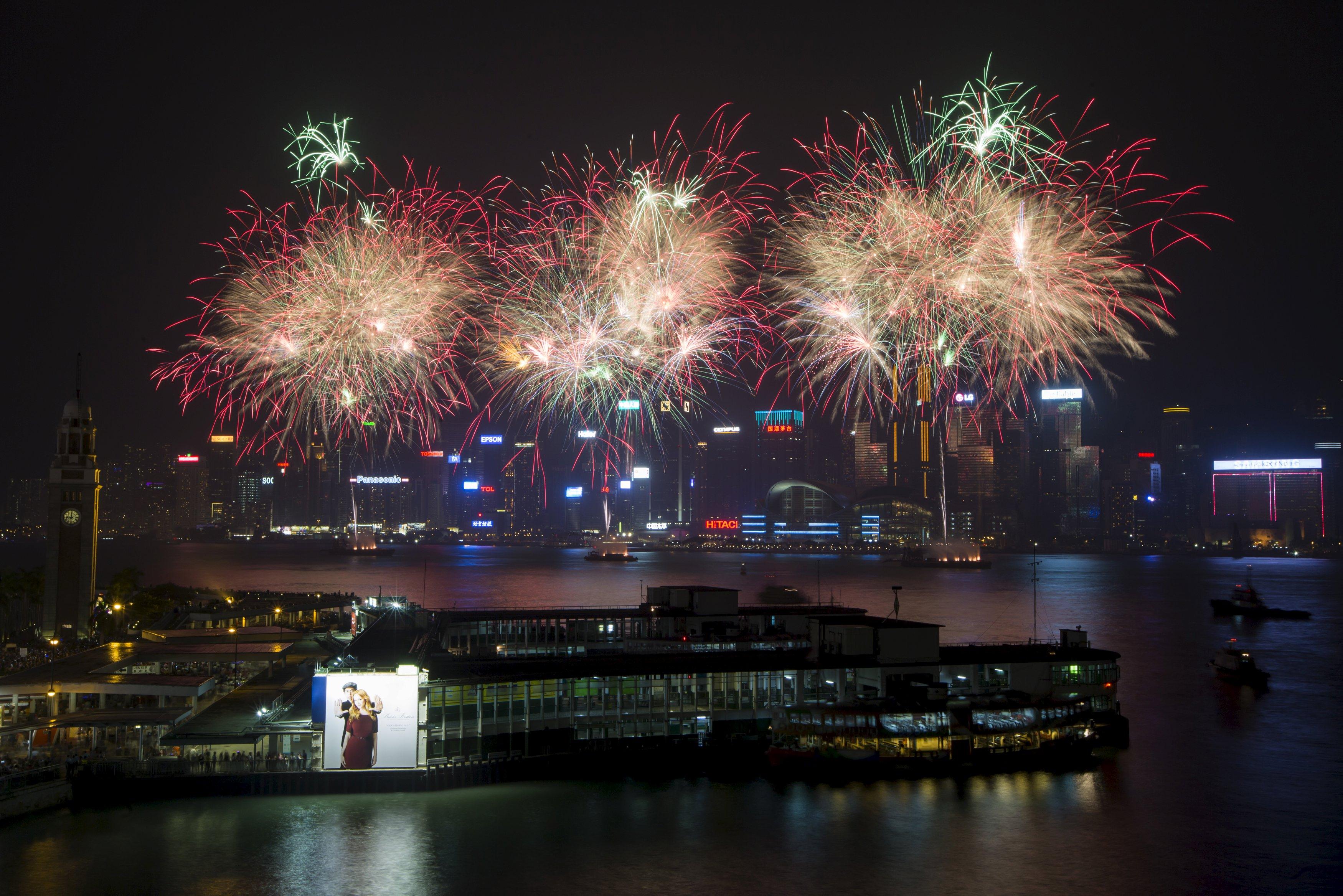 Kembang api terlihat di Victoria Harbour saat Hong Kong merayakan 66 tahun berdirinya Republik Rakyat Tiongkok, Kamis (1/10). ANTARA FOTO/REUTERS/Tyrone Siu.