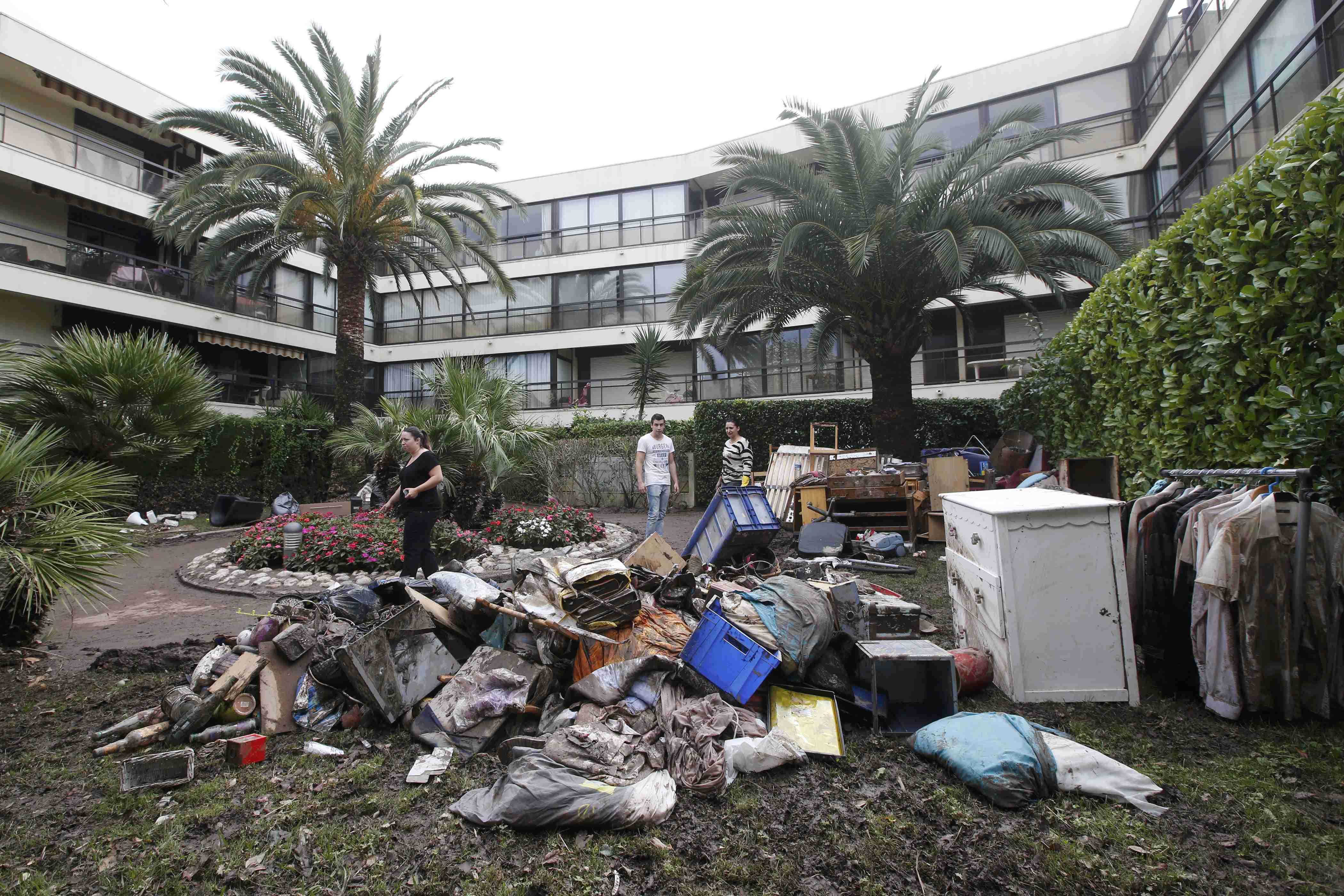 Harta benda dan furnitur warga yang rusak akibat air diletakkan di luar gedung apartemen setelah terjadi banjir akibat hujan lebat di Mandelieu-La di Napoule, Perancis, Senin (5/10). Empat orang masih hilang akibat banjir bandang di French Riviera yang menewaskan 17 orang pekan ini,  memicu pemerintah mengumumkan bencana alam di bagian tenggara wilayah wisata. Sekitar 5.000 rumah belum mendapatkan listrik kembali pada Senin pagi setelah sebelumnya 70.000 rumah mengalamai padam. ANTARA FOTO/REUTERS/Jean-Paul Pelissier.