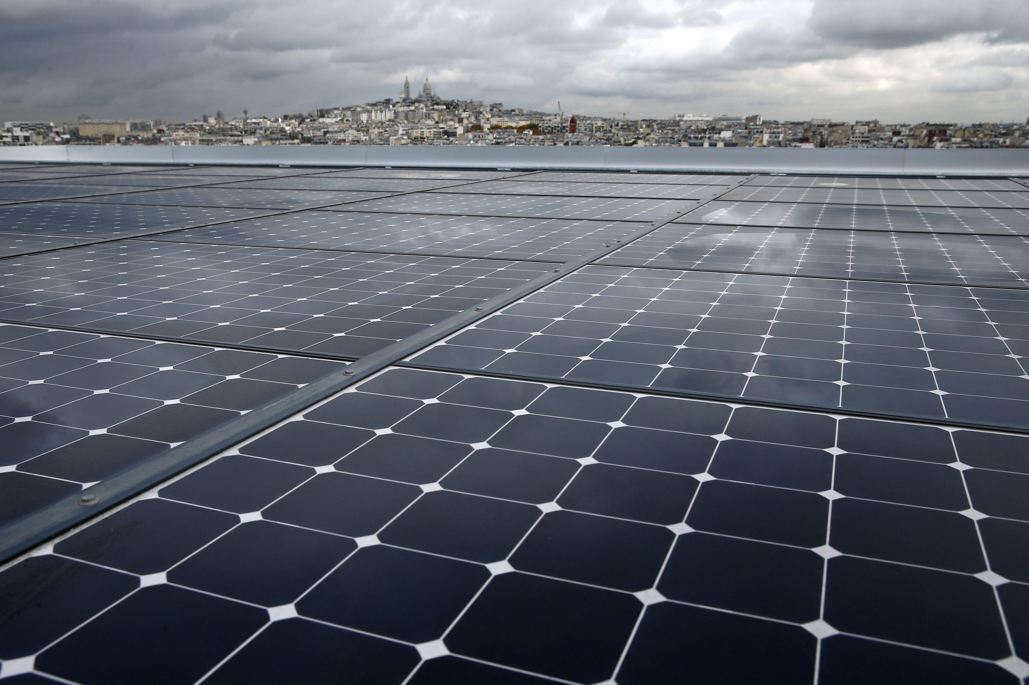 """Pemandangan menunjukkan panel surya dipasang di """"kawasan ramah lingkungan"""" Clichy-Batignolles, salah satu dari beberapa pengembangan perumahan ramah lingkungan baru dengan sedikit penggunaan energi dan emisi karbon, di Paris, Prancis, Kamis (22/10). Kota Paris menampilkan """"kawasan ramah lingkungan"""" termutakhir menjelang COP21, Konferensi Tingkat Tinggi Iklim Dunia mulai dari tanggal 30 November sampai 11 Desember. ANTARA FOTO/REUTERS/Benoit Tessier."""