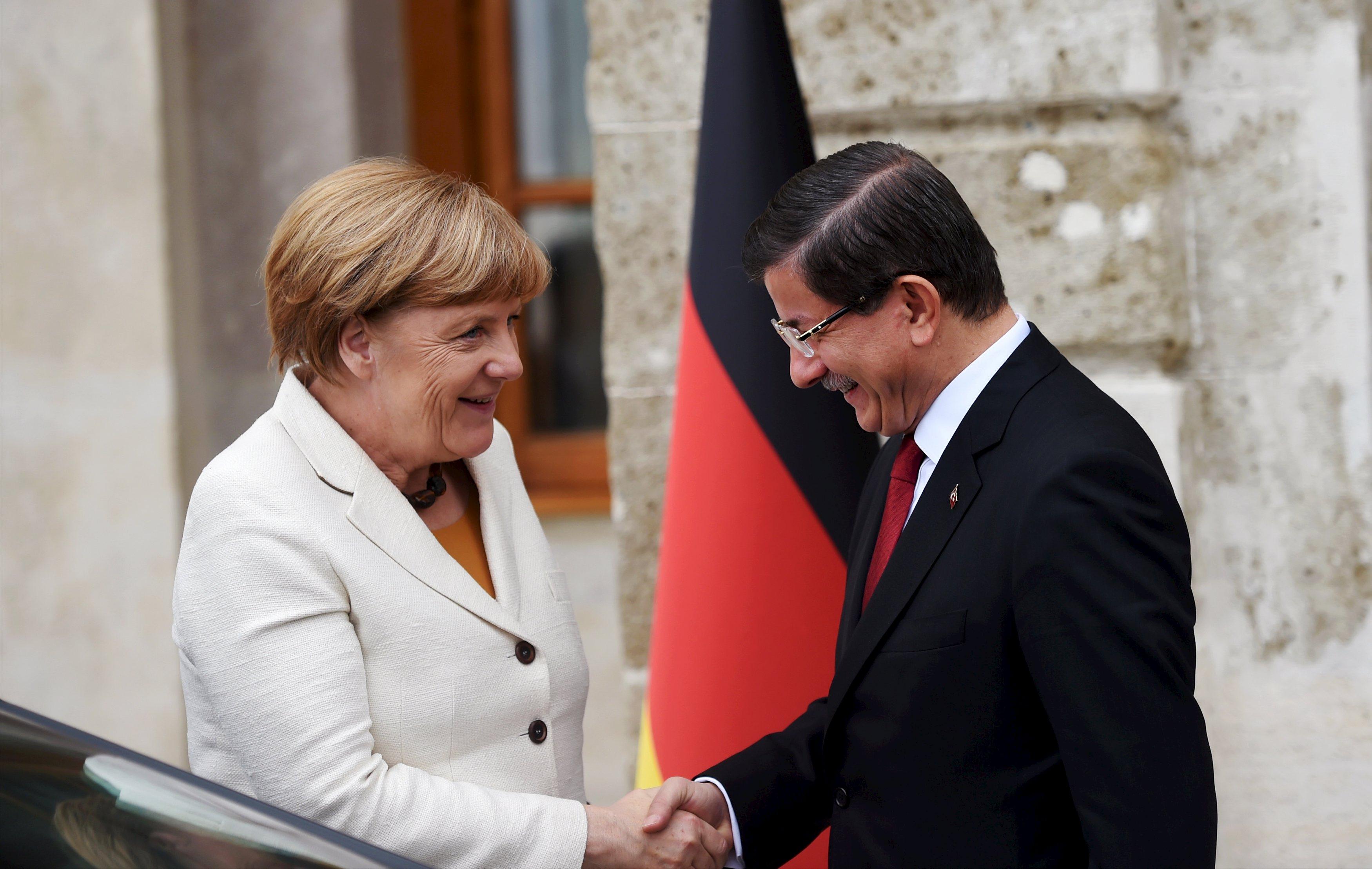 Perdana Menteri Turki Ahmet Davutoglu (kanan) berjabat tangan dengan Kanselir Jerman Angela Merkel sebelum pertemuan mereka di Istanbul, Turki, 18 Oktober 2015. Merkel berkunjung ke Istanbul pada hari Minggu berusaha meminta bantuan Turki untuk membendung arus migran dari Timur Tengah ke Eropa, tapi tanpa terlihat mengorbankan hak asasi manusia mereka. ANTARA FOTO/REUTERS/Bulent Kilic.