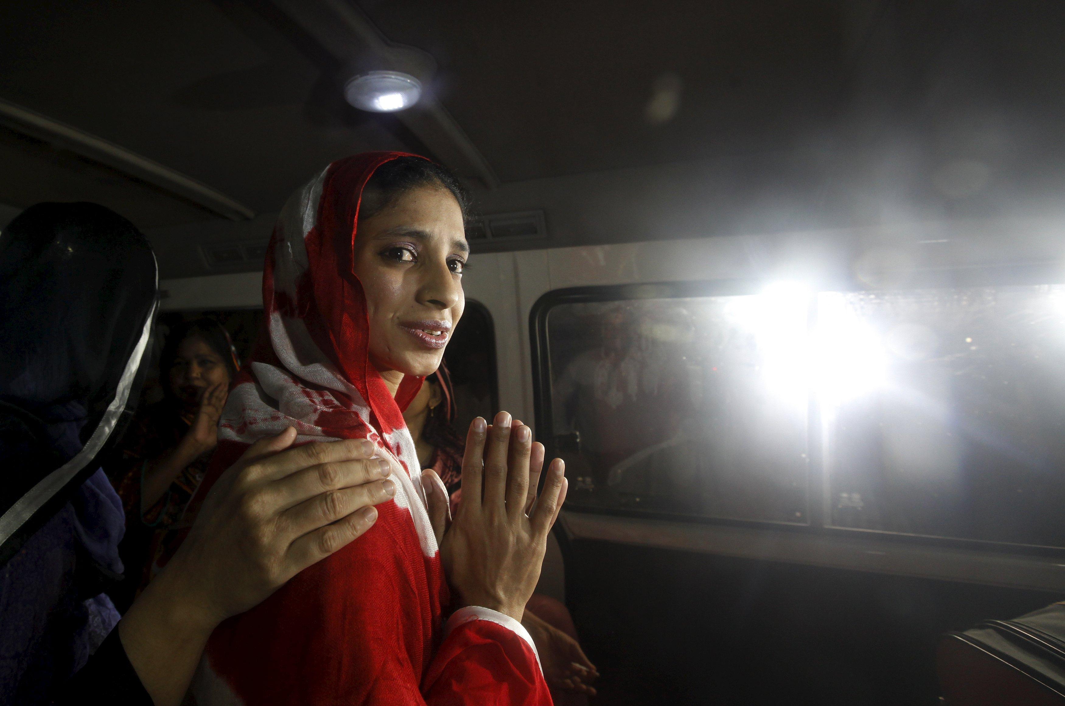 Geeta menangkupkan tangannya saat ia melihat keluar van saat pergi ke bandara untuk berangkat ke New Delhi, di luar Yayasan Edhi di Karachi, Pakistan, Senin (26/10). Geeta, seorang perempuan Hindu tuna rungu yang berusia 20-an tahun, masih sekitar berumur 11 tahun saat ia tidak sengaja menyeberangi perbatasan India ke Pakistan dan kehilangan keluarganya. Selama di Pakistan, Geeta hidup sebagai anak buangan, menurut petugas yayasan. Pencarian panjang terhadap keluarganya telah menarik perhatian publik setelah sebuah film populer dengan cerita yang mirip ditayangkan, dan pengadilan Pakistan mengatakan bahwa kedua negara harus menyelesaikan masalah ini secara diplomatis. REUTERS/Akhtar Soomro.