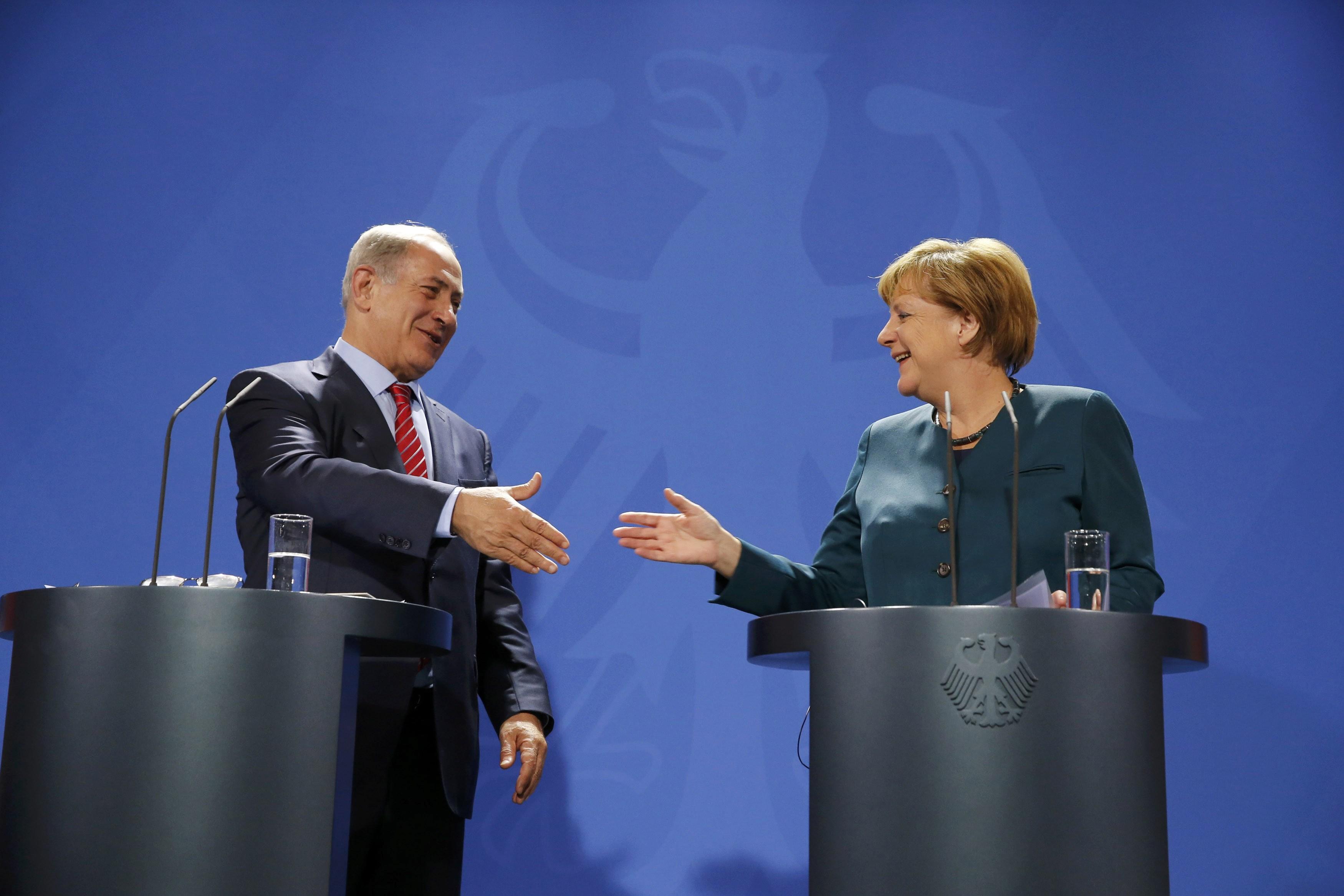 Kanselir Jerman Angela Merkel memberi selamat kepada Perdana Menteri Israel Benyamin Netanyahu pada hari ulang tahunnya saat konferesi bersama di Kantor Kanselir di Berlin, Jerman, Rabu (21/10). ANTARA FOTO/REUTERS/Fabrizio Bensch.