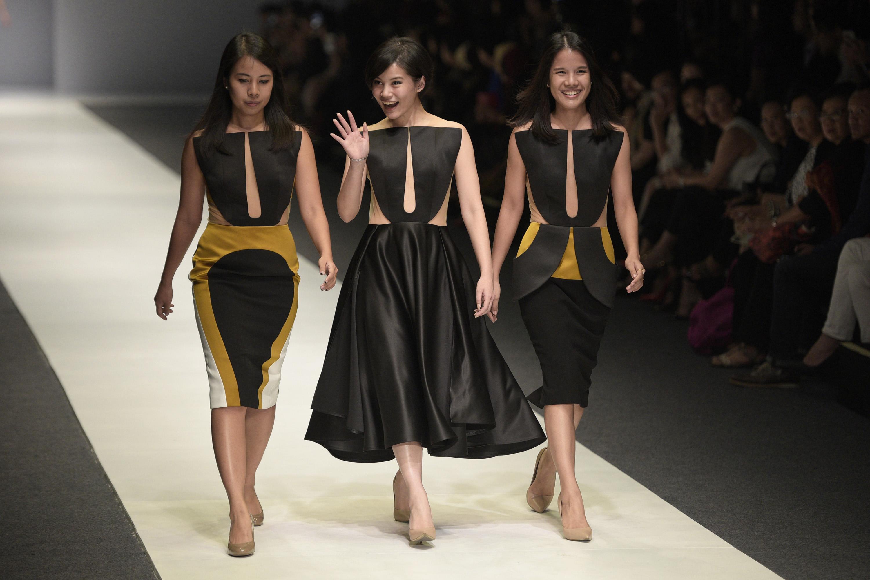 Perancang busana Peggy Hartanto (tengah) bersama dua model yang mengenakan busana karyanya tampil dalam pembukaan Jakarta Fashion Week (JFW) 2016 di Jakarta, Sabtu (24/10). Perhelatan mode busana terbesar se-Asia Tenggara tersebut menampilkan ratusan perancang busana dari dalam serta luar negeri dan berlangsung dari 24 hingga 30 Oktober. ANTARA FOTO/Sigid Kurniawan.