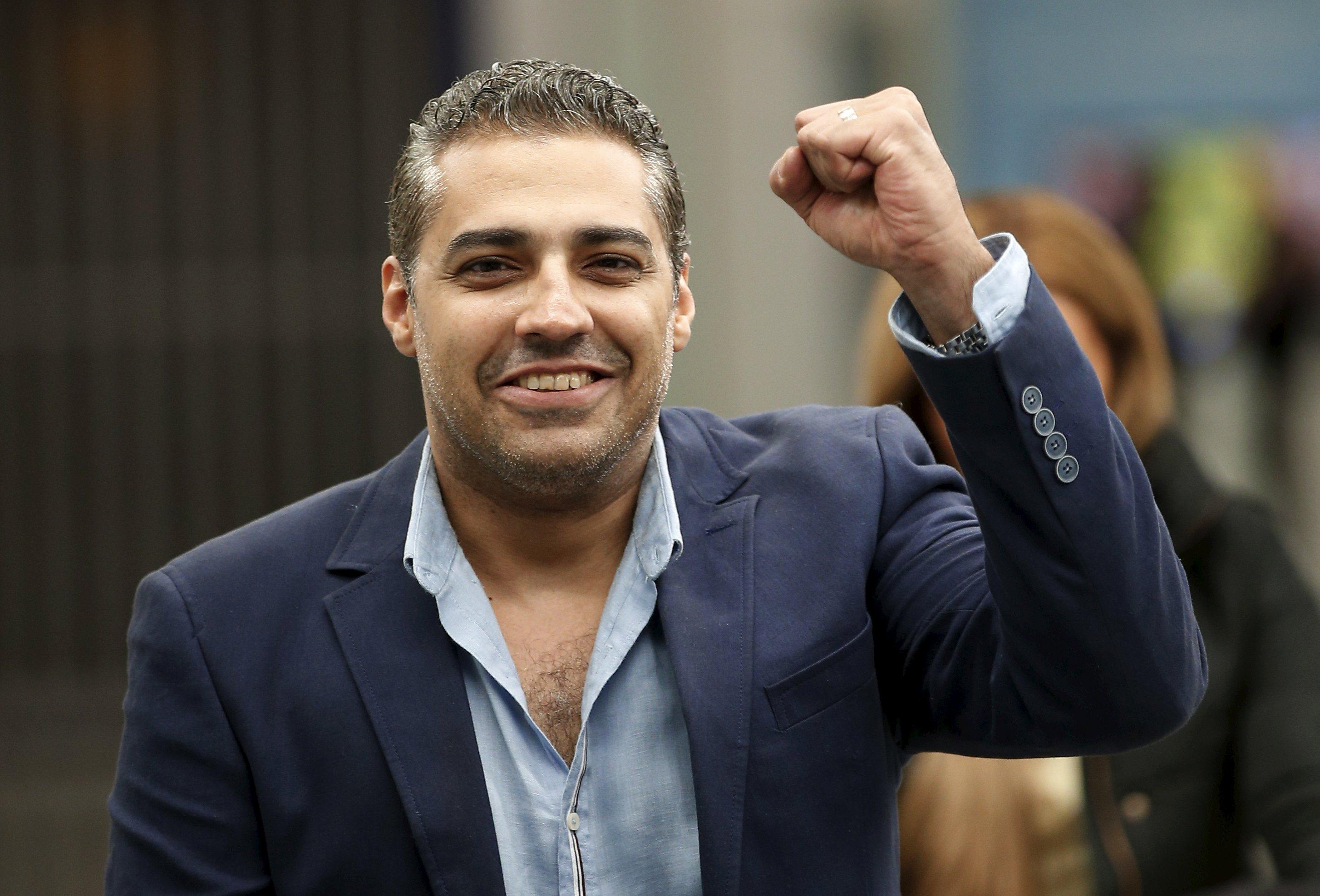 Jurnalis Kanada Mohamed Fahmy, yang baru dibebaskan dari penjara di Mesir, mengepalkan tangan saat tiba di bandara Heathrow, Inggris, dari Kairo, Selasa (6/10). Fahmy, yang dipenjara selama tiga tahun karena meliput tanpa ijin pers dan menyiarkan material yang berbahaya bagi Mesir, diampuni oleh Presiden Mesir Abdel Fatah al-Sisi bulan September lalu. ANTARA FOTO/REUTERS/Peter Nicholls.