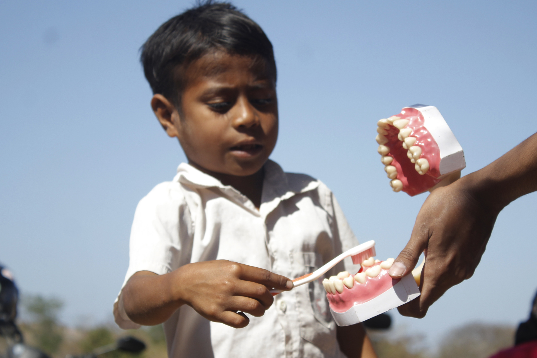 Seorang siswa memberikan contoh cara mengosok gigi dalam kegiatan kelas Inspirasi yang dilakukan oleh Komunitas 1.000 Guru Kupang  di SDN Amsila Desa Nuanu, Kecamataan Fatuleu, Kabupaten Kupang, NTT  Sabtu  (10/10). Kegitan kelas Inspirasi yang dilakukan oleh komunitas tersebut merupakan bagian dari kepedulian mereka kepada pendidikan di daerah pedalaman yang susah dijangkau khususnya di wilayah NTT. ANTARA FOTO/Kornelis Kaha.