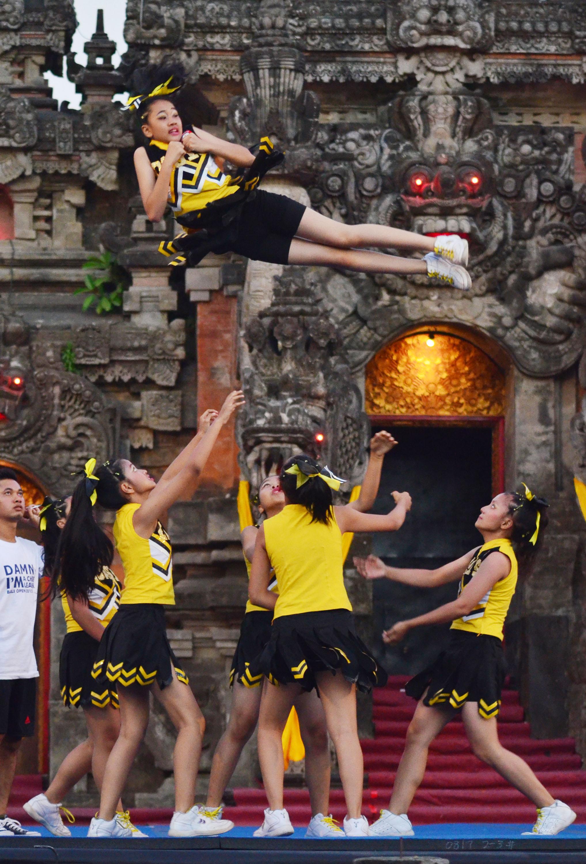 Kelompok Cheerleading asal Jawa Timur, Oasis menampilkan atraksi saat mengikuti Kompetisi Cheerleading Internasional di Kota Denpasar, Bali, Minggu (11/10). Kompetisi tersebut diikuti oleh puluhan kelompok Cheerleading dari beberapa negara tetangga seperti Filipina dan China Taipei. ANTARA FOTO/Fikri Yusuf.