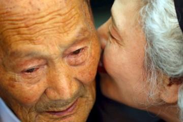 Lee Jung-sook dari Korea Selatan (kanan), 68, berbisik kepada ayahnya yang dari Korea Utara Lee Heung Jong, 88, saat reuni keluarga yang terpisah di Resor Gunung Kumgang, Korea Utara, Selasa (20/10). Hampir 400 orang Korea Selatan menyebrangi perbatasan yang dijaga angkatan bersenjata ke Korea Utara pada hari Selasa dengan penuh sukacita saat berkumpul dengan anggota keluarga yang terpisah lebih dari enam dekade sejak perang Korea pada tahun 1950-1953. ANTARA FOTO/REUTERS/KOREA POOL/Yonhap.