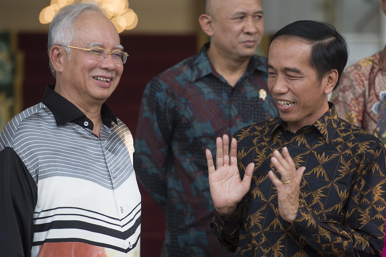 Presiden Joko Widodo (kanan) berbincang dengan PM Malaysia Datuk Seri Najib Tun Razak (kiri) di Istana Kepresidenan, Bogor, Jawa Barat, Minggu (11/10). Kedua pemimpin negara tersebut bertemu untuk menindaklanjuti peningkatan kerjasama bilateral di bidang industri minyak kelapa sawit dan lingkungan hidup. ANTARA FOTO/Widodo S. Jusuf.