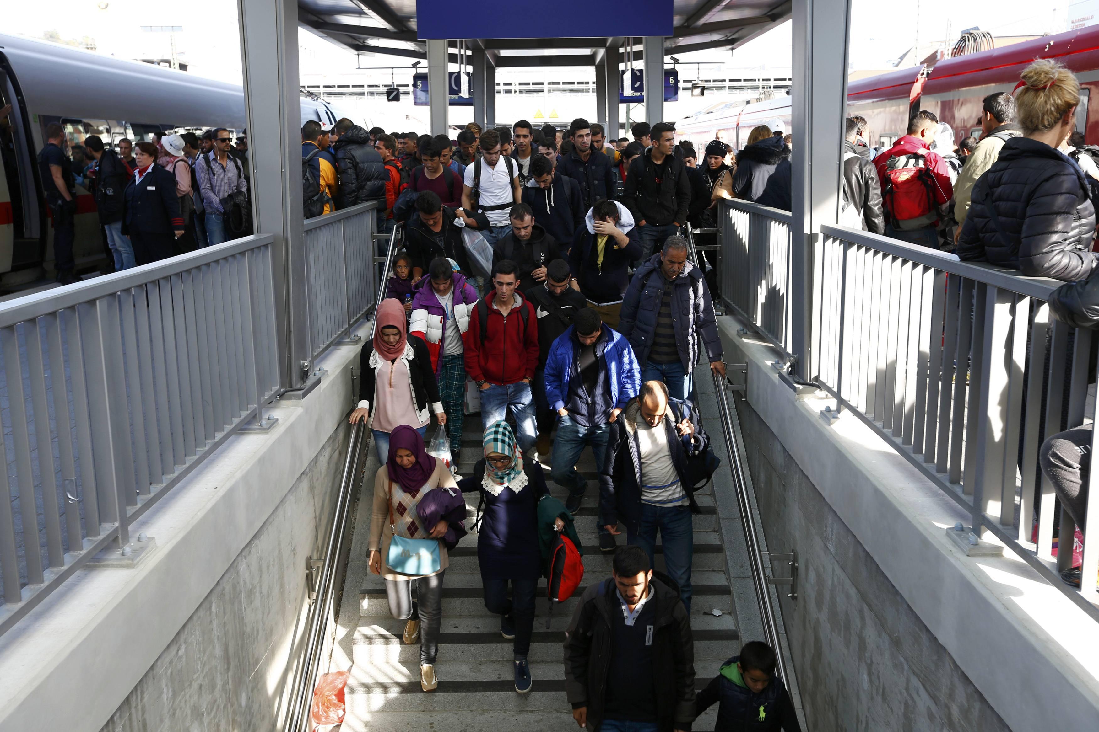 Sebanyak 300 imigran menggunakan jembatan bawah tanah saat tiba dari Linz, Austria di stasiun pusat di Passau, tenggara Jerman, Senin (5/10). Aparat berwenang Jerman memperkirakan sebanyak 1,5 juta pencari suaka tiba di Jerman tahun ini, menurut keterangan harian Bild dalam laporan yang disiarkan kemarin, lebih banyak dari angka yang diperkirakan sebelumnya yaitu 800.00 hingga 1 juta. Koran papan atas Jerman itu mengutip perkiraan internal yang dikategorikan rahasia dari aparat berwenang. ANTARA FOTO/REUTERS/Michaela Rehle.