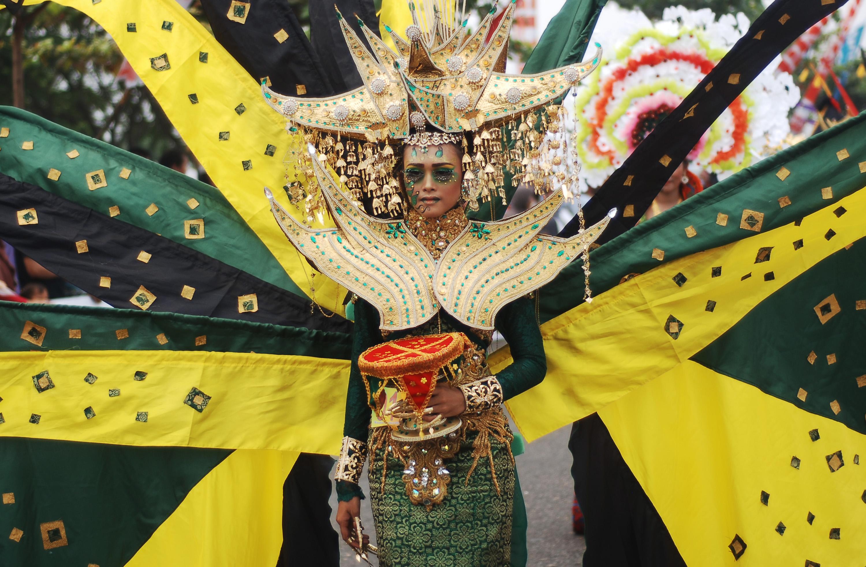Model memperagakan pakaian minang kreasi, saat digelarnya Minangkabau Fashion Carnaval, di Jalan Samudera, Padang, Sumatera Barat, Minggu (11/10). Kegiatan itu menampilkan karya-karya desainer Sumbar berupa busana Minang kreasi dan unik sekaligus memeriahkan kegiatan penutupan Tour de Singkarak 2015. ANTARA FOTO/Iggoy el Fitra.