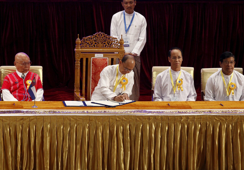 Presiden Myanmar Thein Sein (kedua dari kiri) menandatangani Perjanjian Gencatan Senjata Nasional di Naypyitaw, Myanmar, 15 Oktober 2015. Pemerintah Myanmar dan delapan kelompok etnik bersenjata menandatangani perjanjian gencatan senjata hari Kamis, puncak dari negosiasi selama lebih dari dua tahun bertujuan untuk mengakhiri konflik mayoritas yang sudah berlangsung lama di negeri itu. ANTARA FOTO/REUTERS/Soe Zeya Tun.