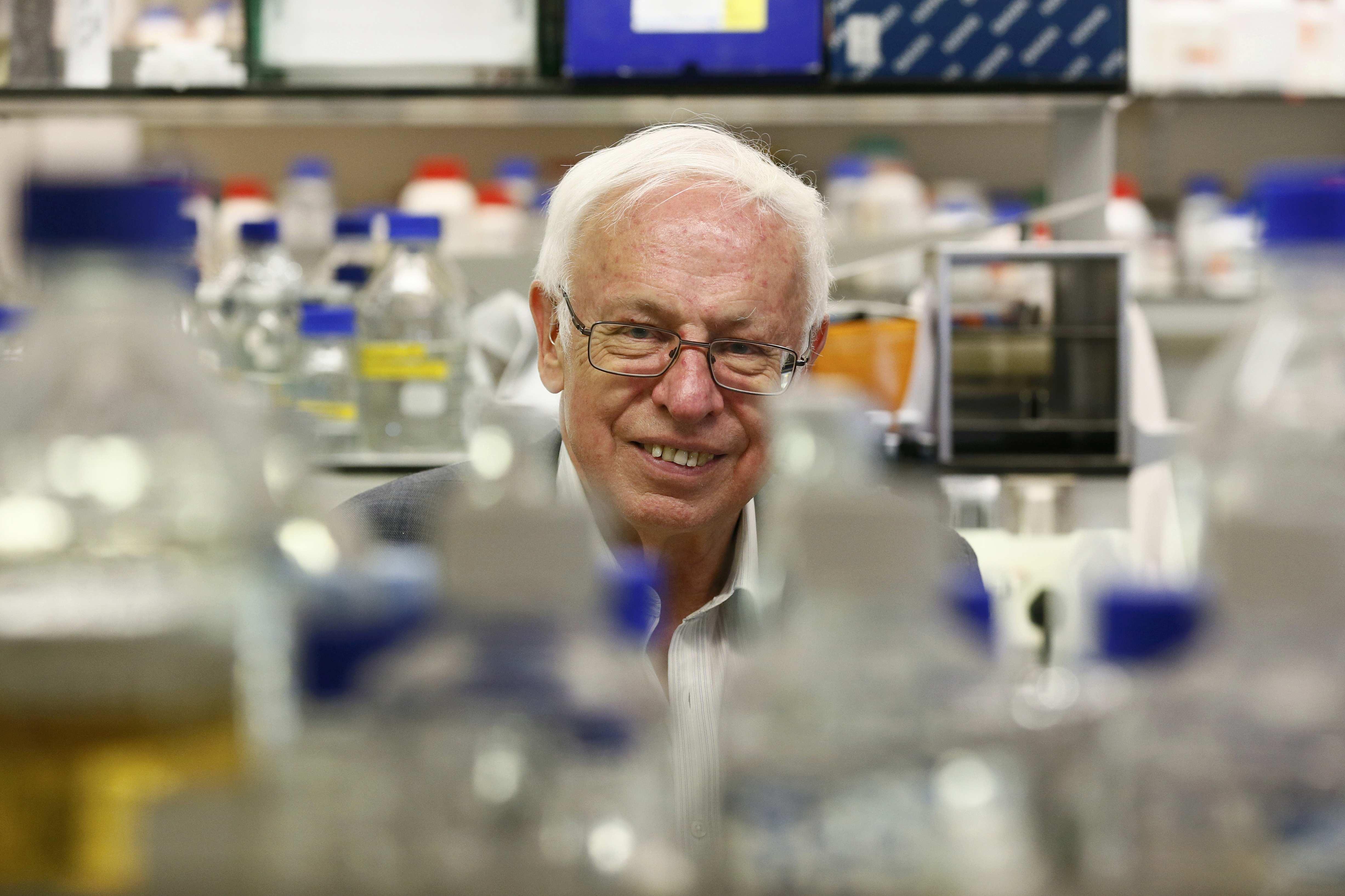 """Tomas Lindahl berpose untuk pemotretan setelah memenangkan Penghargaan Nobel untuk Kimia di Laboratorium Clare Hall Institut Francis Crick, sebelah utara London, Inggris, Rabu (7/10). Tomas Lindahl, Paul Modrich dan Aziz Sancar memenangkan hadiah untuk """"Studi Mekanis Perbaikan DNA"""". Penelitian mereka memetakan bagaimana sel memperbaiki deoxyribonucleic acid (DNA) untuk mencegah kesalahan merusak dari munculnya infromasi genetik. ANTARA FOTO/REUTERS/Stefan Wermuth."""