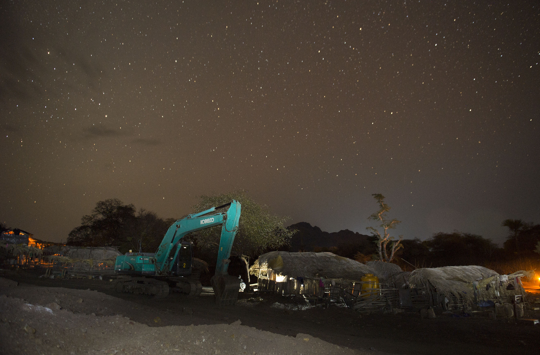 Aktivitas penambangan mangan tradisional pada malam hari di desa Oepuah, Moenleu, Timor Tengah Utara, NTT, Jumat (9/10). NTT merupakan pusat penambangan mangan di Indonesia, yang tersebar di berbagai daerah antara lain Kupang, Belu, Timor Tengah Utara, Timor Tengah Selatan, Manggarai dan Manggarai Barat. ANTARA FOTO/Prasetyo Utomo.