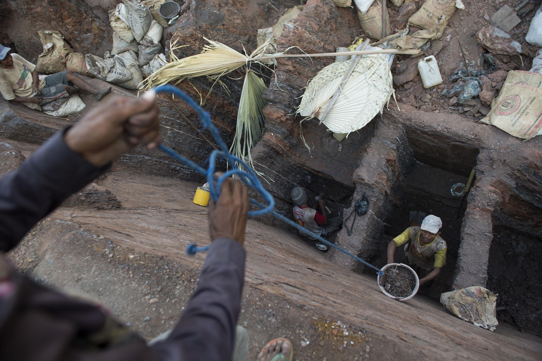 Penambang tradisional menarik ember berisi mangan  di desa Oepuah, Moenleu, Timor Tengah Utara, NTT, Jumat (9/10). Para penambang tradisional tersebut dapat mengumpulkan 300-400 kilogram mangan per hari dengan harga per kilogram Rp700. ANTARA FOTO/Prasetyo Utomo.