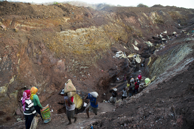 Aktivitas penambangan mangan tradisional di desa Oepuah, Moenleu, Timor Tengah Utara, NTT, Jumat (9/10). Para penambang tradisional tersebut dapat mengumpulkan 300-400 kilogram mangan per hari dengan harga per kilogram Rp700. ANTARA FOTO/Prasetyo Utomo.