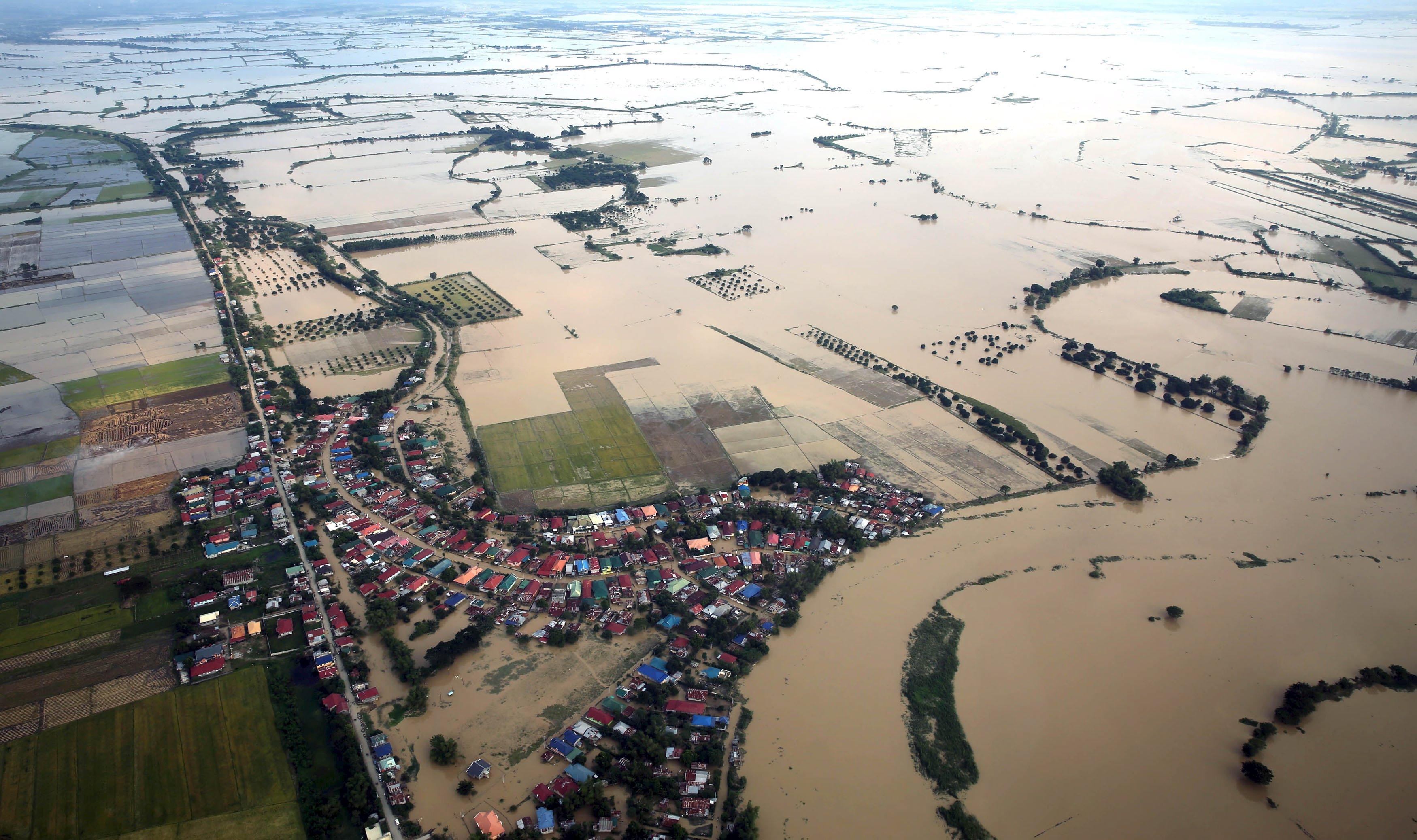 Pemandangan kerusakan disebabkan oleh Topan Koppu terlihat saat Presiden Benigno Aquino (tidak ada di foto) melakukan inspeksi udara untuk melihat sejauh mana kerusakan yang disebabkan oleh topan sampai ke Provinsi Pangasinan, Tarlac, Pampanga dan Bulacan, Manila bagian utara, Kamis (22/10). Topan Koppu, yang menyebabkan hujan lebat di Filipina bagian utara, menewaskan 58 orang saat rumah dan tanaman hancur, mulai mereda pada hari Rabu, menurut petugas pengamat cuaca. Lebih dari 100,000 orang masih tinggal di tempat tinggal sementara saat Koppu menghancurkan tanaman, infrastruktur dan rumah yang seharga lebih dari 141.63 juta dolar. ANTARA FOTO/REUTERS/Malacanang Palace/Handout via Reuters.