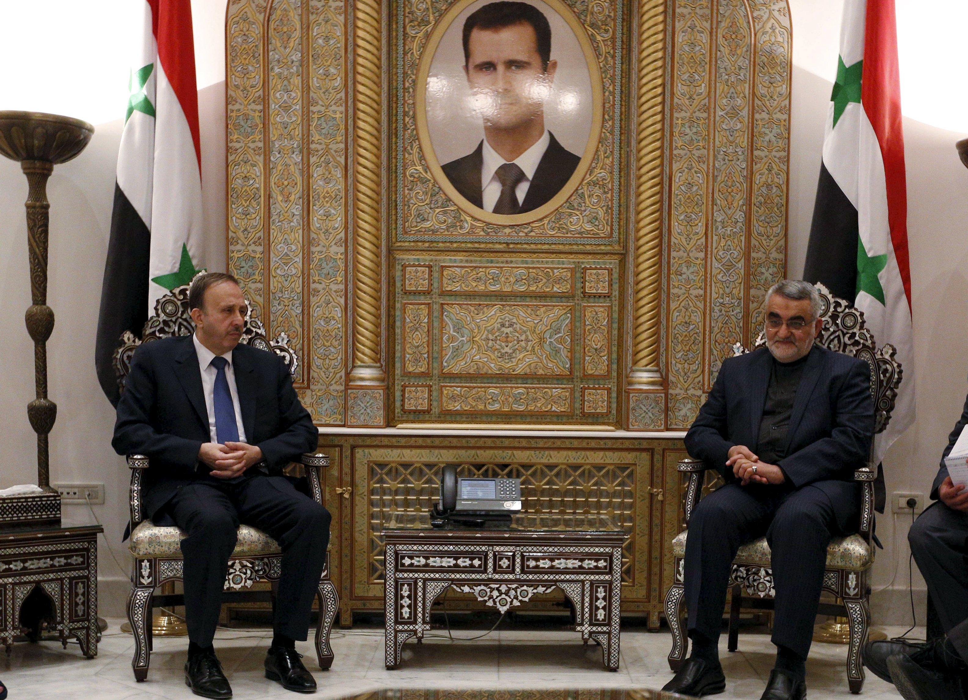 Ketua Keamanan Nasional parlemen Iran dan Komisi Kebijakan Luar Negeri Alaeddin Boroujerdi (kanan), bertemu dengan Ketua Parlemen Suriah Mohammad al-Laham di Damaskus, Suriah, Rabu (14/10). Delegasi parlemen Iran tiba di Damaskus kemarin untuk pembentukan operasi gabungan melawan pemberontak di barat daya Suriah, dan mengatakan upaya yang dipimpin AS telah gagal. ANTARA FOTO/REUTERS/Omar Sanadiki.