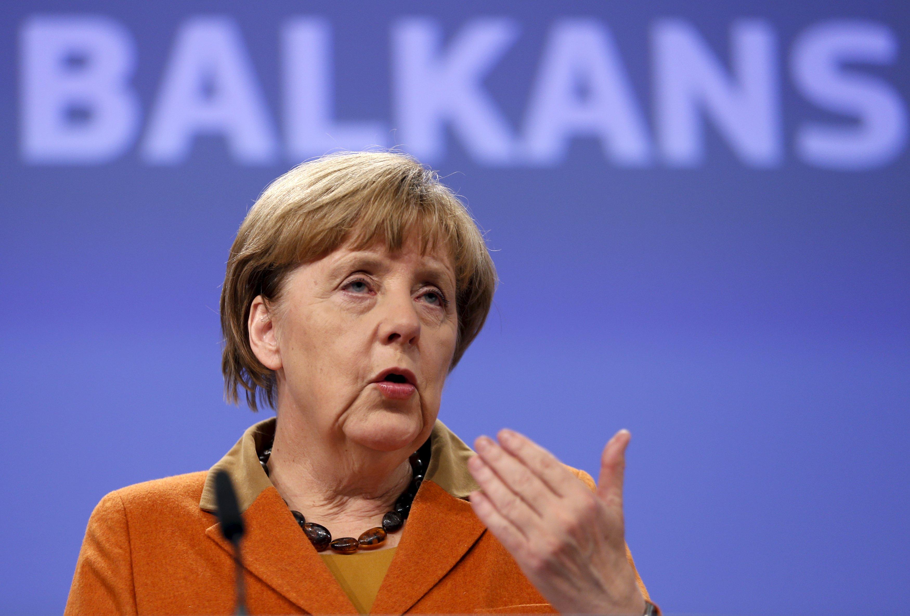 Kanselir Jerman Angela Merkel memberikan konferesi pers setelah pertemuan yang membahas krisis pengungsi Balkan dengan para pemimpin dari Eropa Tengah dan Eropa Timur di markas Komisi Uni Eropa di Brussels, Belgia, Senin (26/10). REUTERS/Francois Lenoir.