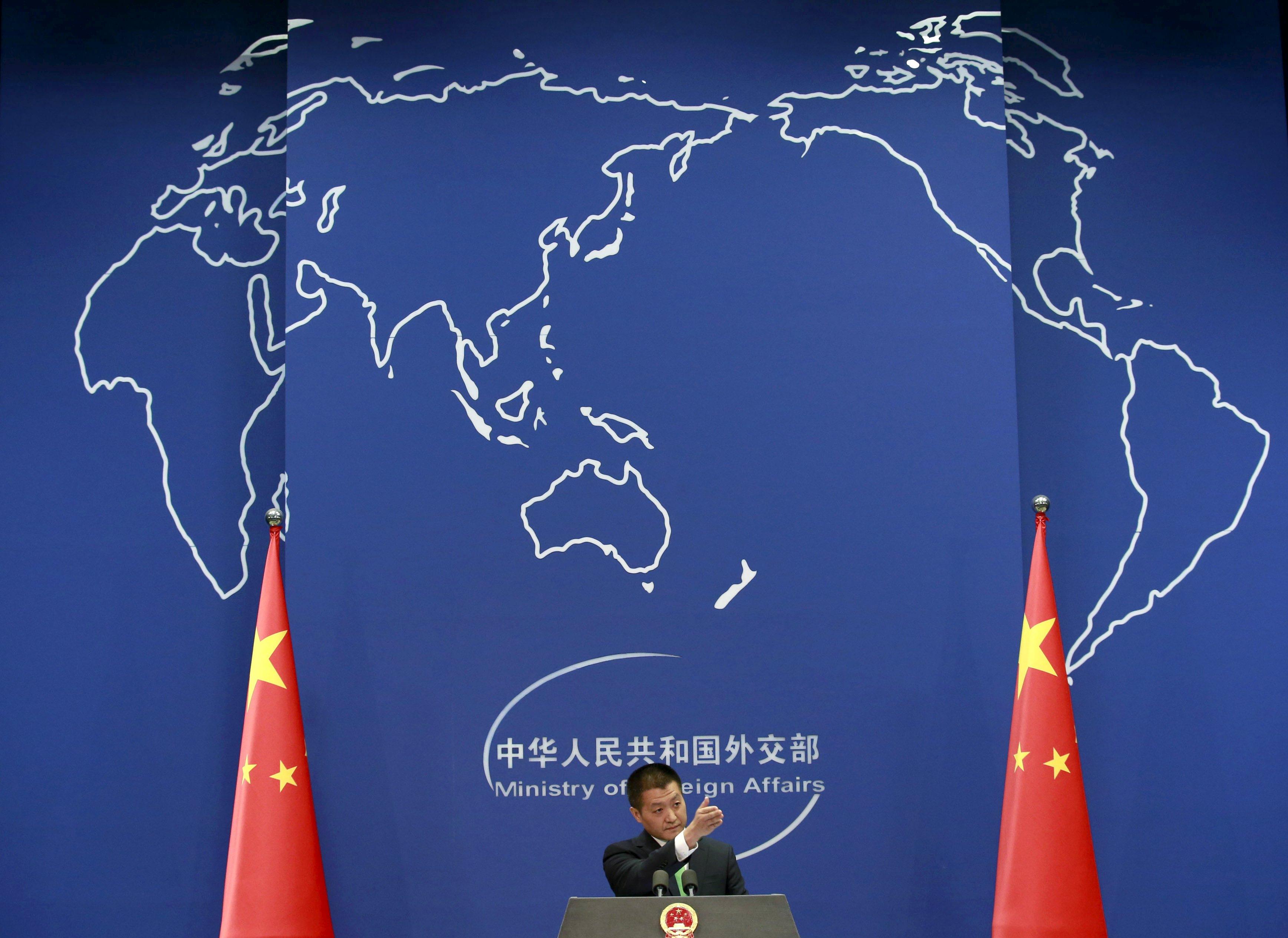 Juru bicara Kementerian Luar Negeri Tiongkok Lu Kang mempersilahkan seorang wartawan untuk memberikan pertanyaan di konferensi pers di Beijing, Selasa (27/10). Angkatan Laut Amerika Serikat mengirimkan kapal perusak dekat dengan pulau buatan Tiongkok di wilayah sengketa Laut Cina Selatan pada hari Selasa (27/10), menyebabkan munculnya kemarahan dari Tiongkok, menyatakan bahwa mereka memperingati dan mengikuti kapal Amerika tersebut. REUTERS/Kim Kyung-Hoon.