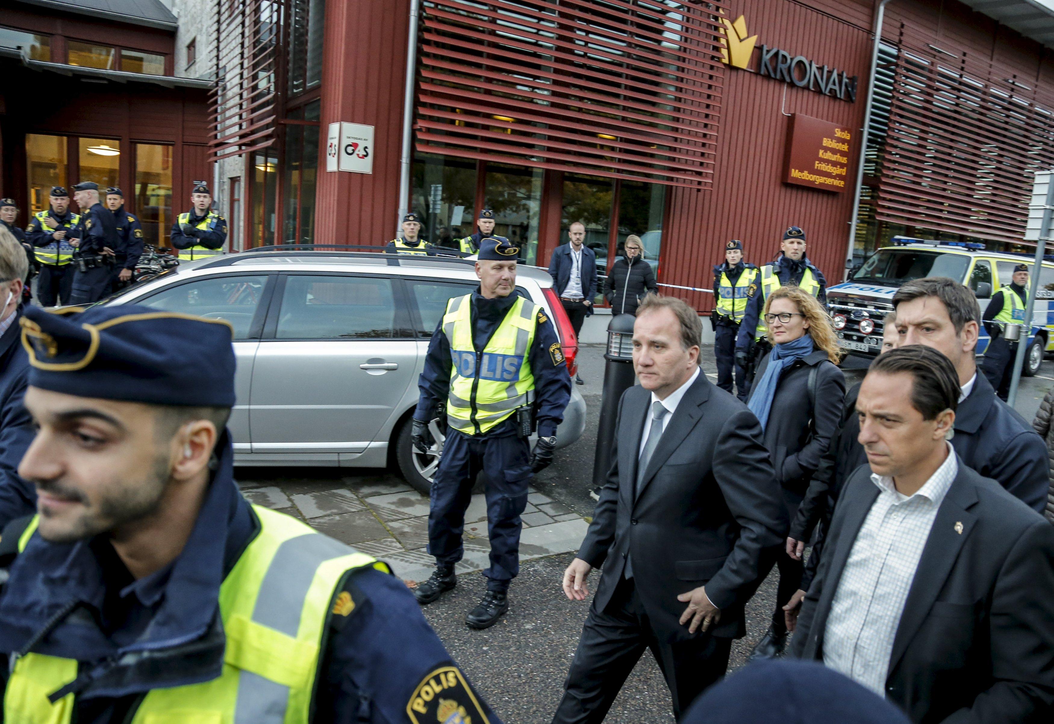 Perdana Menteri Swedia Stefan Lofven (tengah) mengunjungi sekolah Kronan di Trollhattan, Swedia bagian selatan, Kamis (22/10), setelah penyerangan terjadi di sekolah itu. Pria bertopeng membunuh seorang guru dan seorang anak laki-laki dan melukai dua orang lainnya pada hari Kamis, menusuk mereka saat si pelaku berjalan dari kelas ke kelas yang lainnya sebelum ditembak oleh polisi, menurut petugas. ANTARA FOTO/REUTERS/Adam Ihse/TT News Agency.