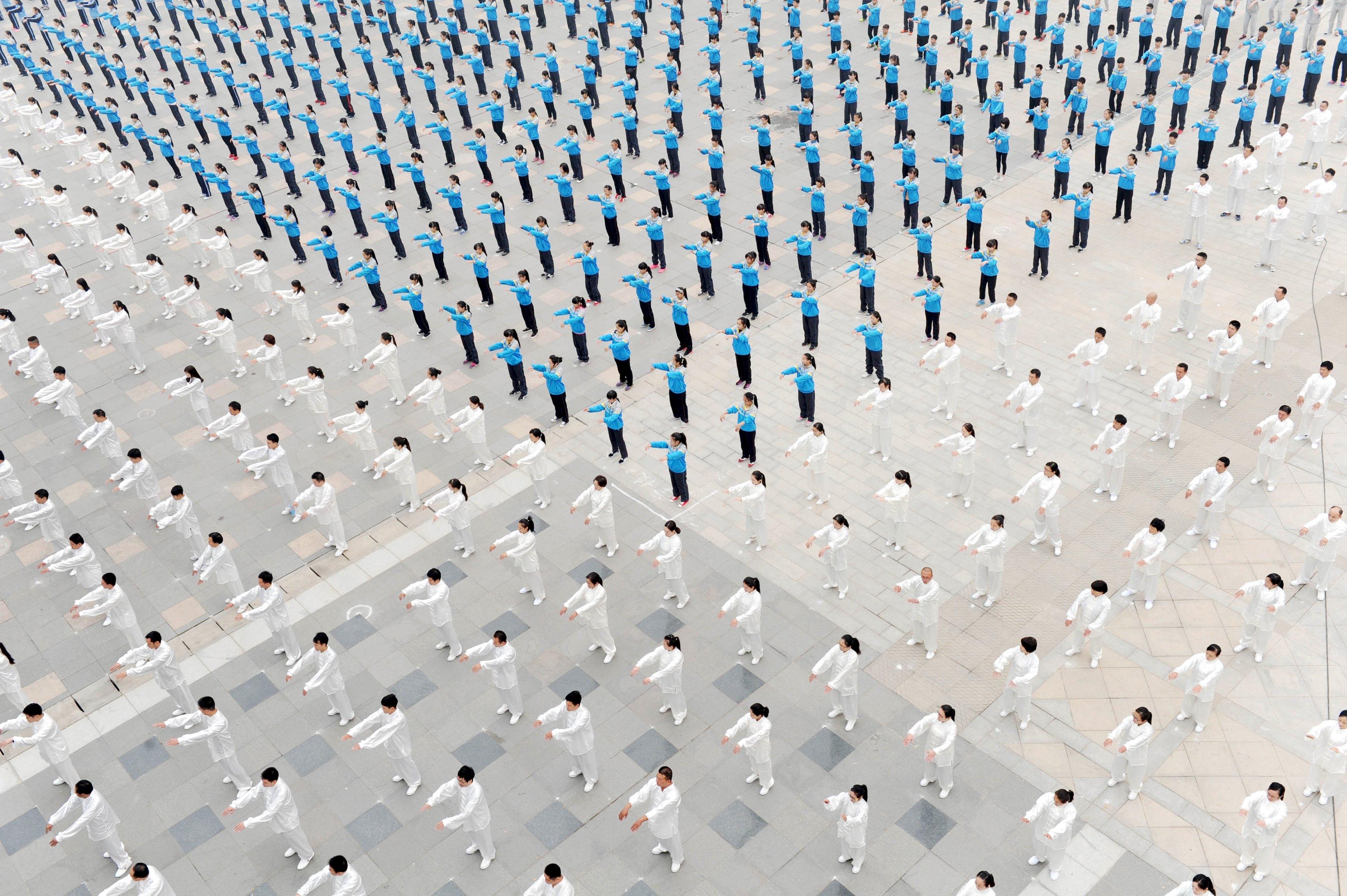Orang-orang berlatih Taichi di sebuah lapangan di Qinyang, Provinsi Henan, Tiongkok, 18 Oktober 2015. ANTARA FOTO/REUTERS/China Daily.