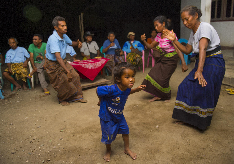 Warga membawakan tari Bidu di desa Kakaniuk, Malaka Tengah, NTT, Jumat (10/10). Tari Bidu merupakan tarian selamat datang untuk tamu yang masuk ke desa tersebut. ANTARA FOTO/Prasetyo Utomo.