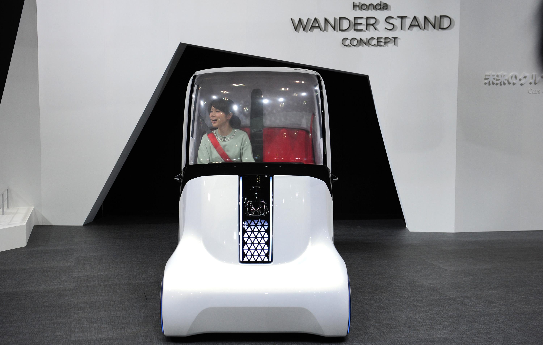 Seorang petugas mengendarai sebuah mobil konsep 'Wander Stand'  di ajang Tokyo Motor Show 2015 di Tokyo Big Sight, Rabu (28/10). Wander Stand  dirancang untuk melanjutkan kesenangan dan kebebasan mobilitas di bawah konsep 'wander' yang berarti berkeliaran di sekitar dengan bebas. ANTARA FOTO/Zarqoni maksum.