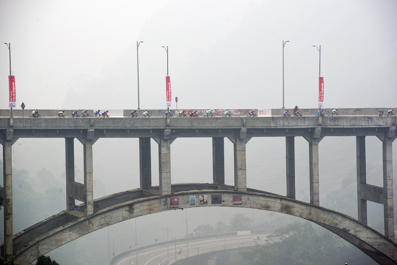 Pembalap sepeda melintasi jembatan kelok sembilan pada Tour De Singkarak Etape Kelima, Lima Puluh Kota, Sumatera Barat, Rabu (7/10). Pada Etape Kelima TDS dengan jarak tempuh 164 kilometer itu, pembalap dari Tabriz Petrochemical Team, Behnam Maleki, menjadi yang tercepat dengan catatan waktu empat jam 13 Menit 51 detik. ANTARA FOTO/M Agung Rajasa.