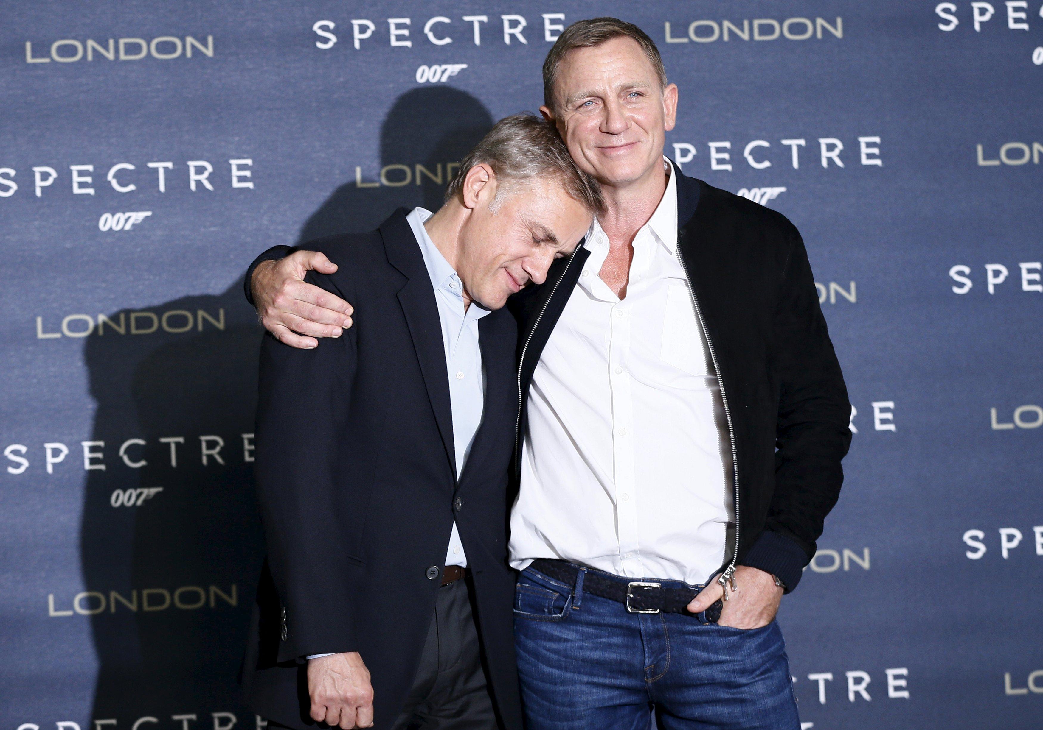 """Aktor Daniel Craig (kanan) dan Christoph Waltz berpose saat sesi pemotretan untuk film baru James Bond """"Spectre"""" di London Tengah, Inggris, Kamis (22/10). ANTARA FOTO/REUTERS/Stefan Wermuth."""
