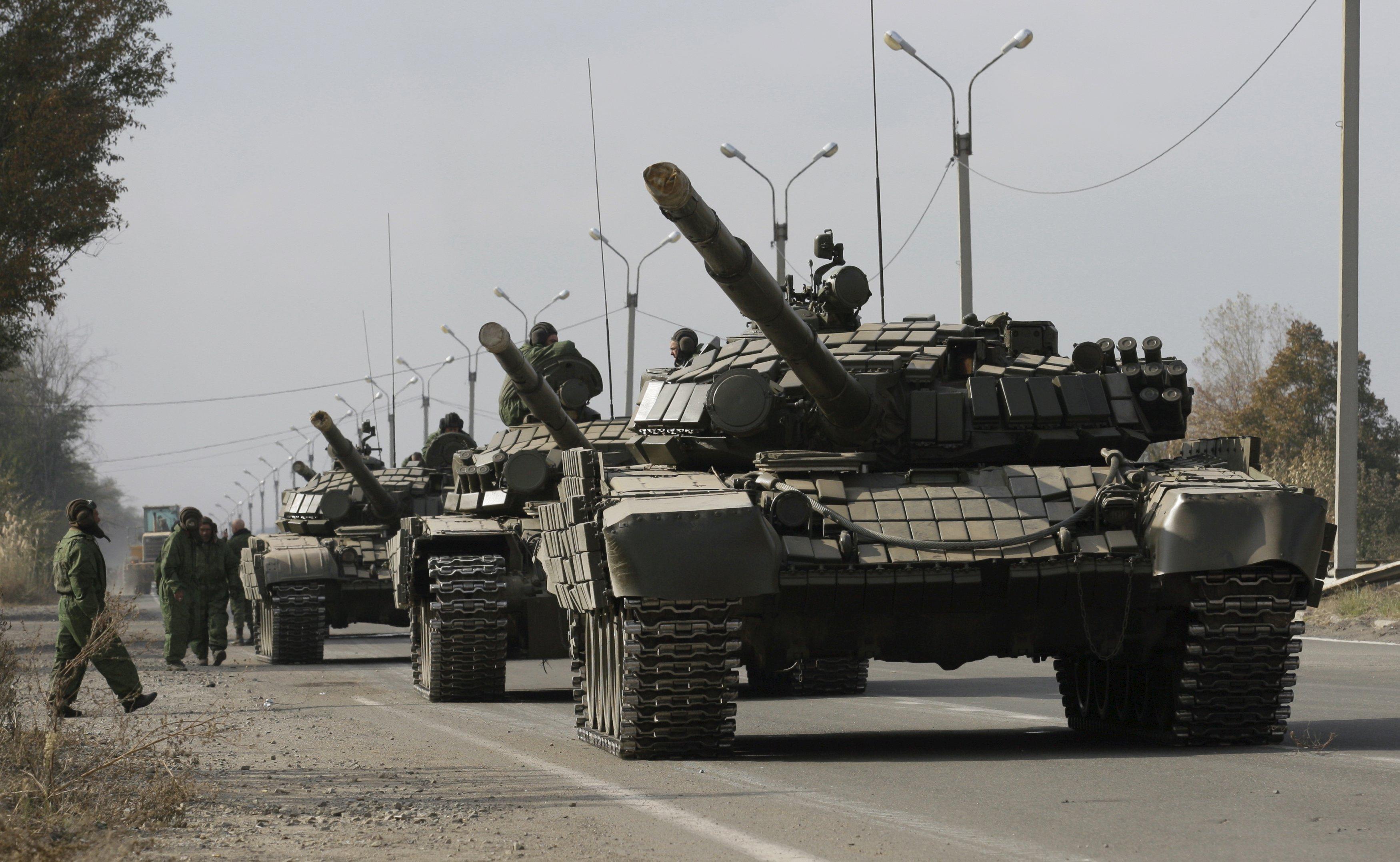 Tank-tank milik angkatan bersenjata Republik Rakyat Luhansk (LNR) diparkir di pinggir jalan saat penarikan, dekat desa Bile di wilayah Luhansk, Ukraina, Selasa (20/10). ANTARA FOTO/REUTERS/Alexander Ermochenko.
