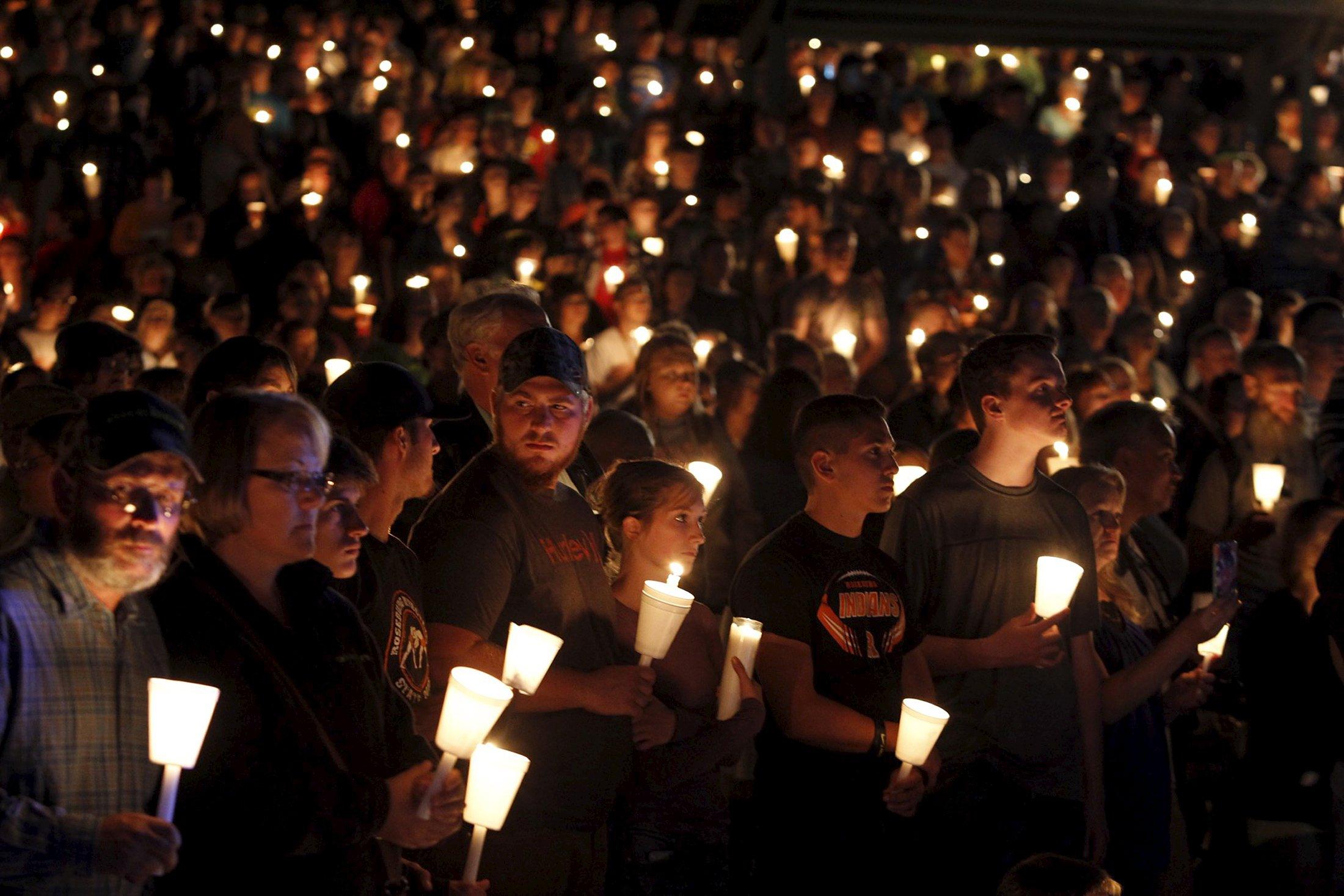 Warga mengikuti misa nyala lilin setelah terjadi insiden penembakan masal di Kampus Komunitas Umpqua, di Roseburg, Oregon, Kamis (1/10). Seorang pria bersenjata melepaskan tembakan di sebuah komunitas kampus di barat daya Oregon, Kamis kemarin, menewaskan sembilang orang dan melukai tujuh lainnya sebelum polisi menembaknya hingga tewas, menurut keterangan aparat berwenang, pembunuhan masal terbaru di kampus wilayah Amerika. ANTARA FOTO/REUTERS/Steve Dipaola.